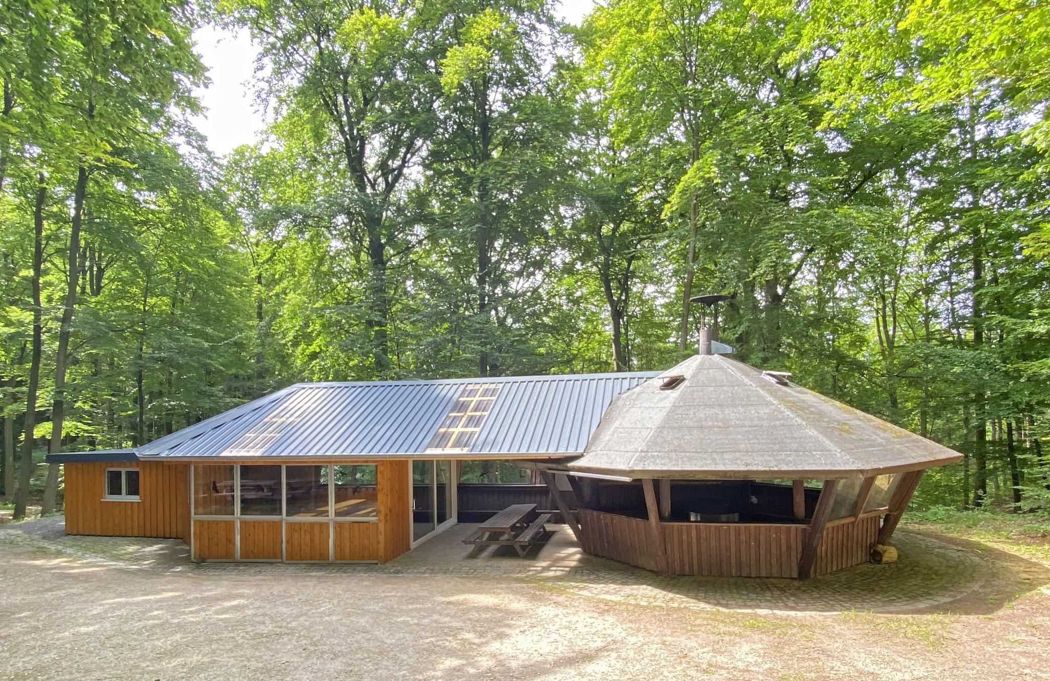 Gesamtansicht der Hütte mit Küche, geschlossenem Teil und halboffener Grillstelle