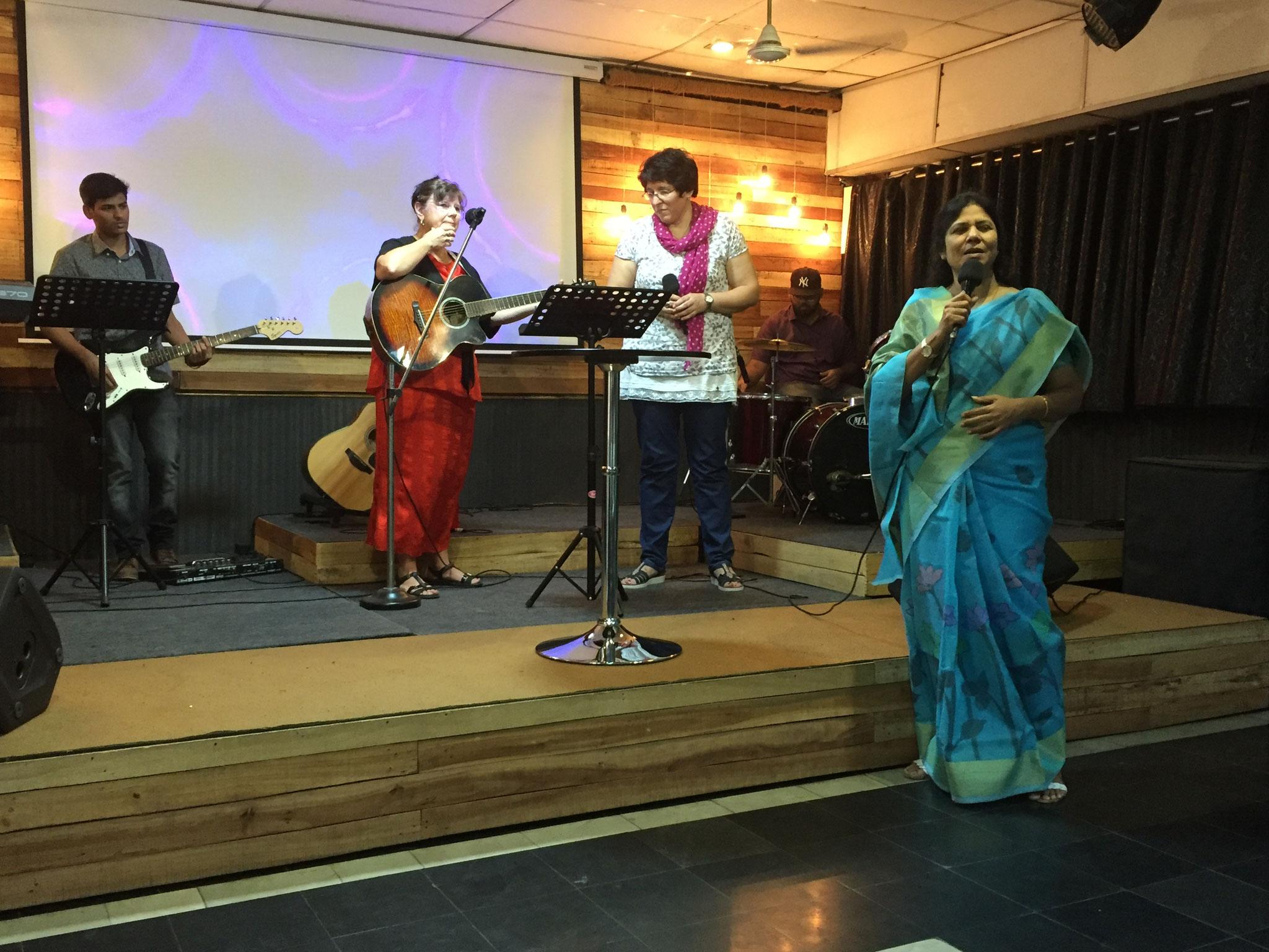 Karin und Nicol machen Lobpreis in Vijayawada