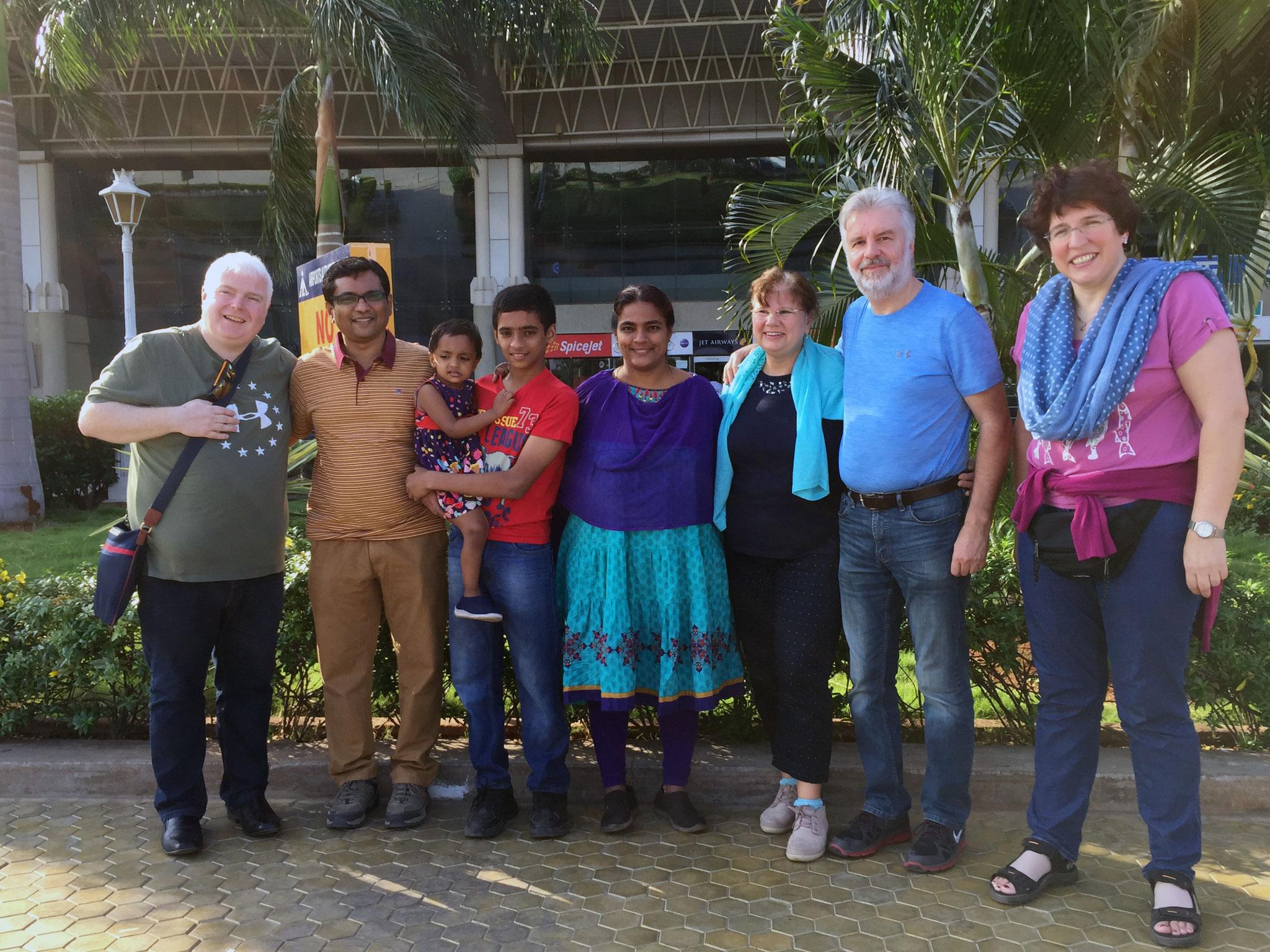 mit Pastor Sam Apollos und Familie am Flughafen von Madurai