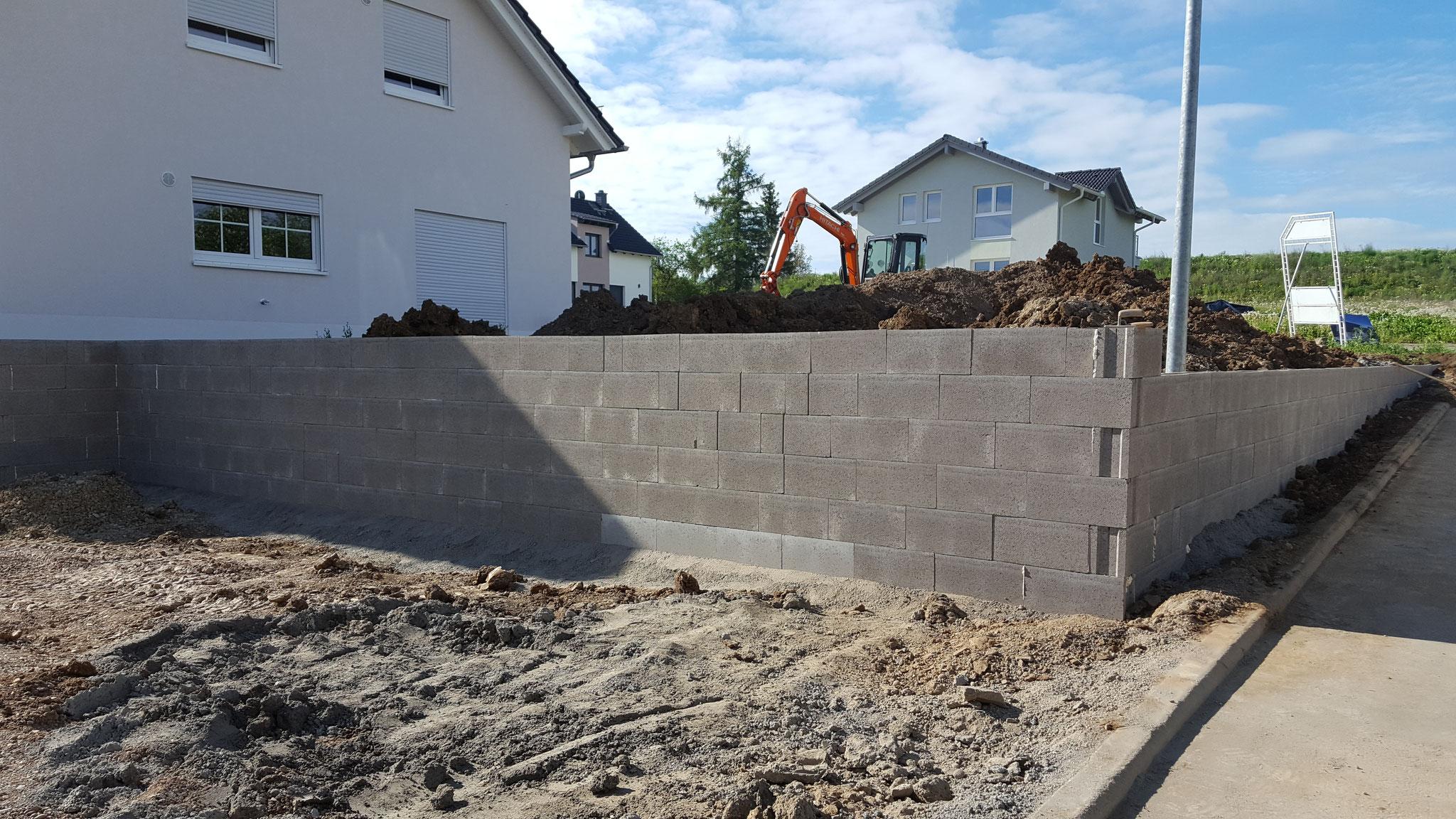 Pflasterarbeiten: setzen von Schalsteinmauern