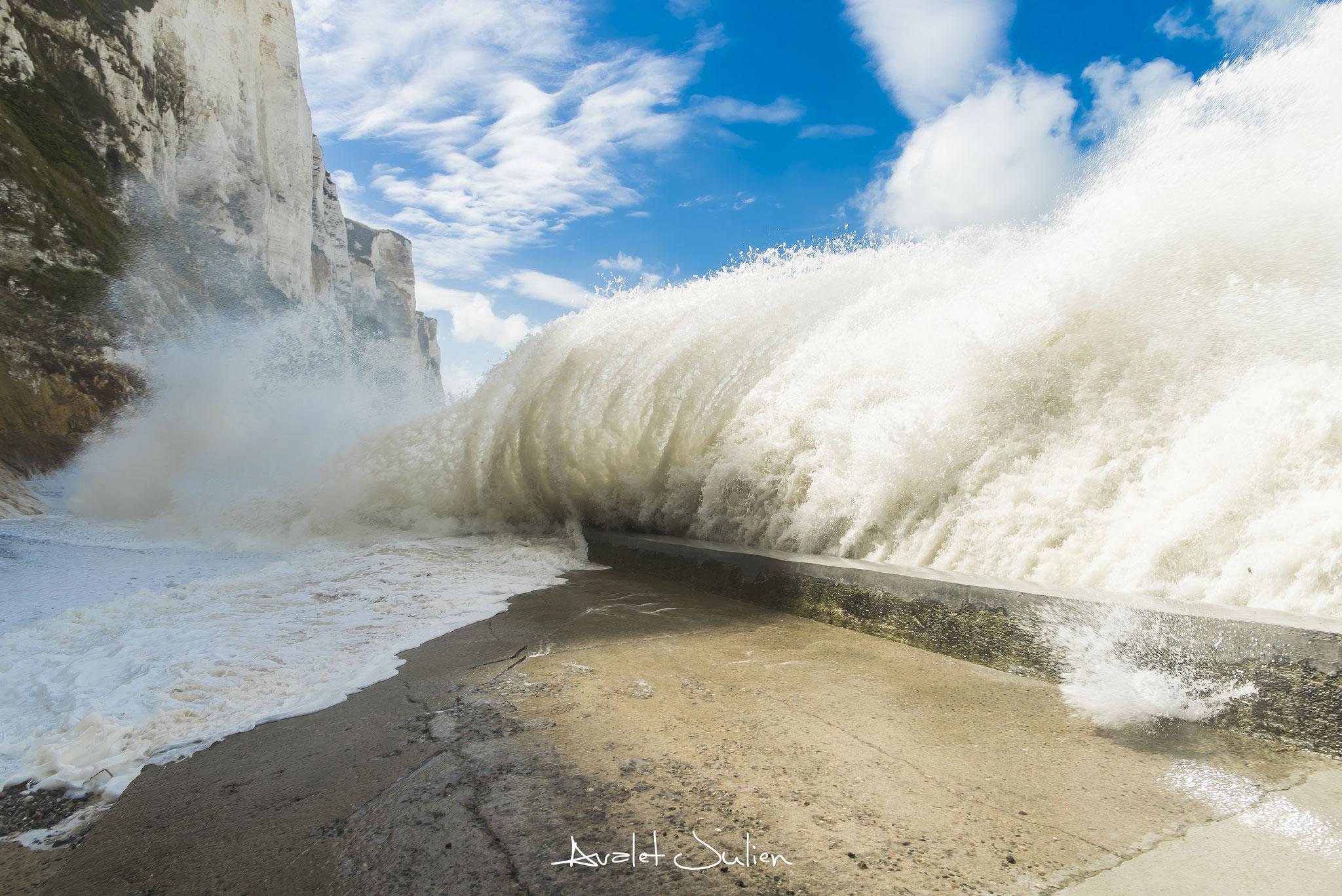 Grosses vagues et fracas assourdissant de celles ci sur la barge du Tréport