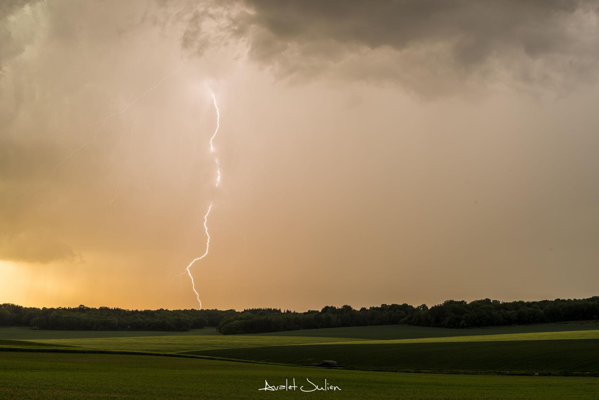 Foudre dans une belle lumière en Haute-Marne (52),le 9 mai 2018