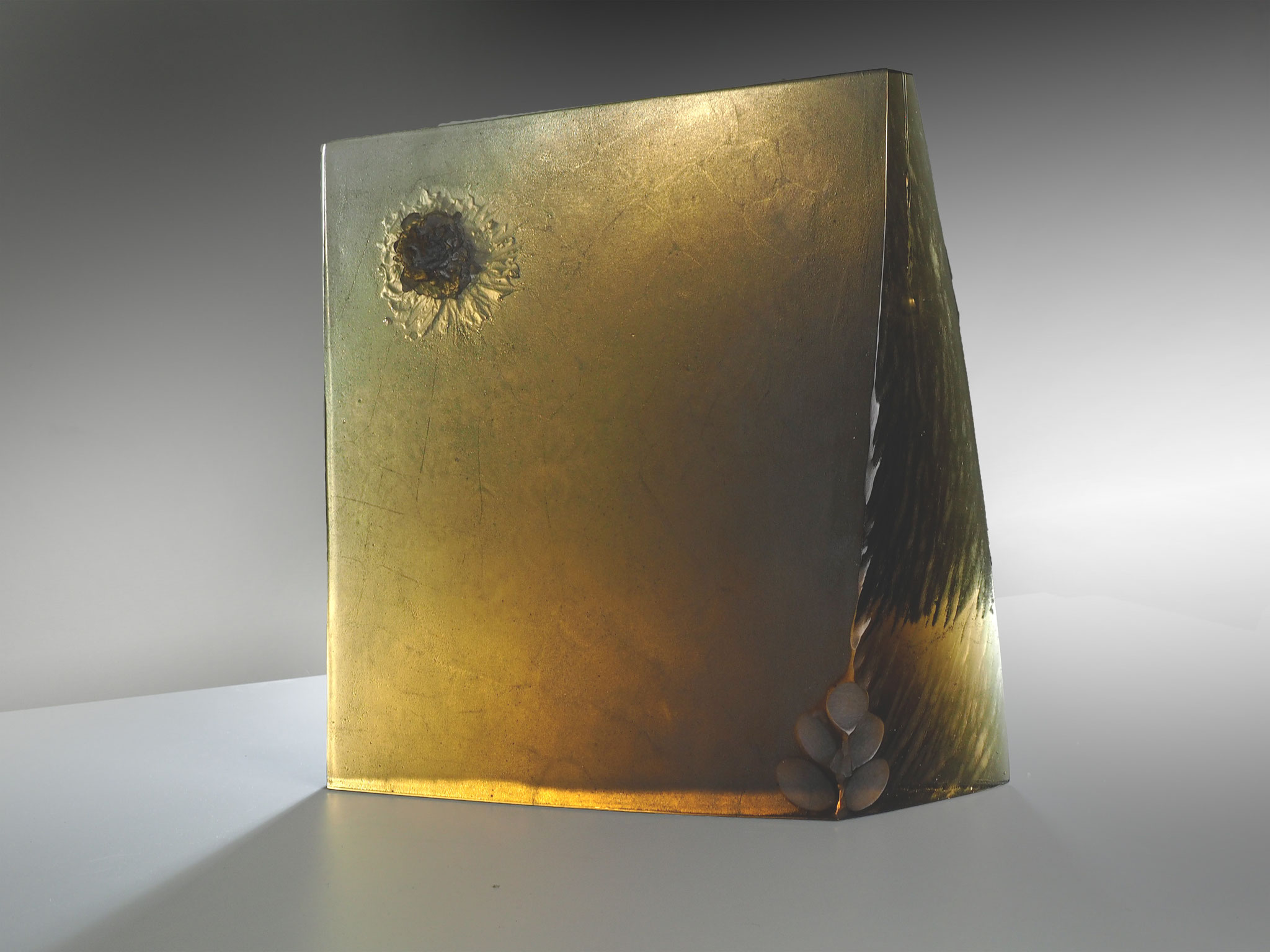 Störenfried, 2017 , 40x40x8 cm ; currently available at glass art gallery Innsbruck / A