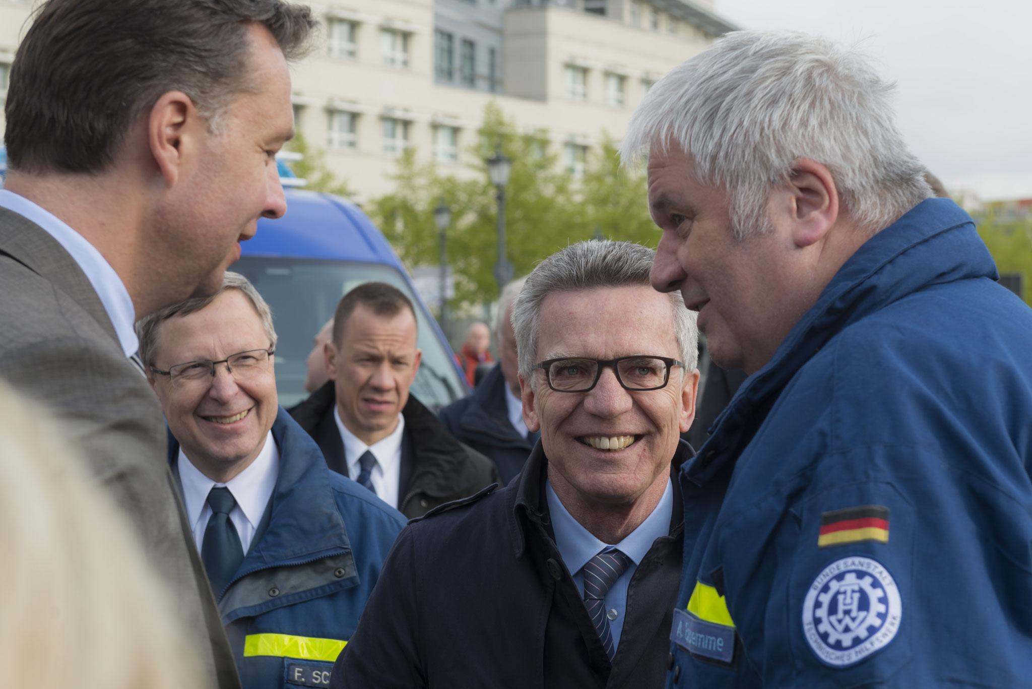 Bundesinnenminister Thomas de Maizière bei der Fahrzeugübergabe an das THW