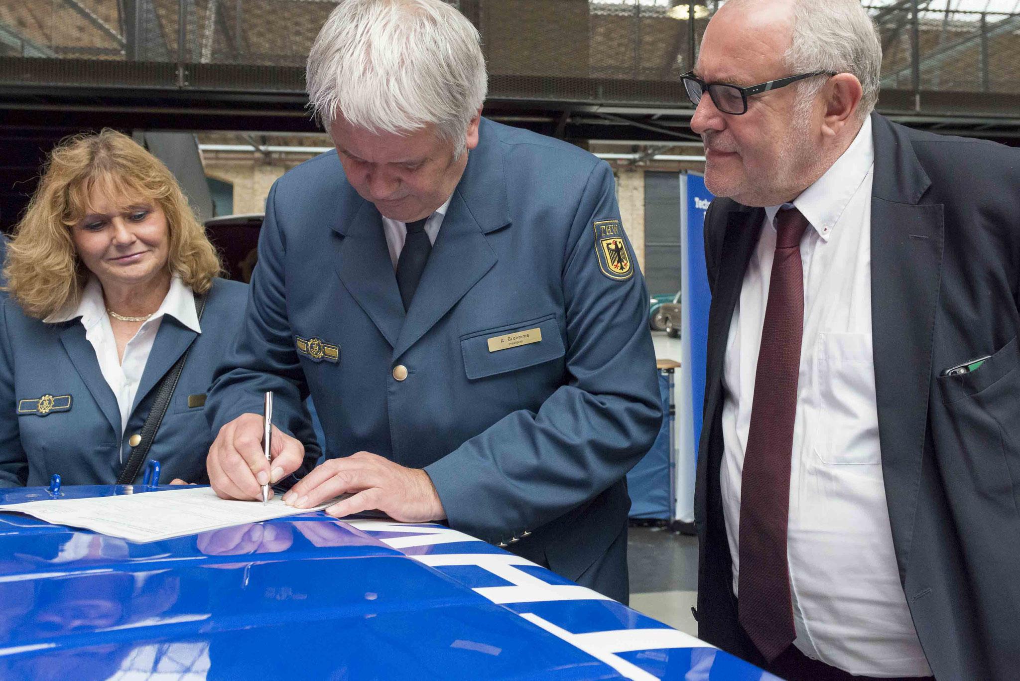 THW Präsident Albrecht Broemme unterstützt Sozialwerk durch Mitgliedschaft
