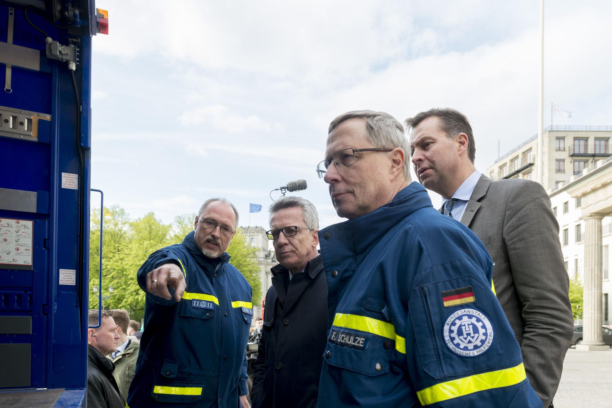 Bundesinnenminister Thomas de Maizière läßt sich das neue Fahrzeug erklären