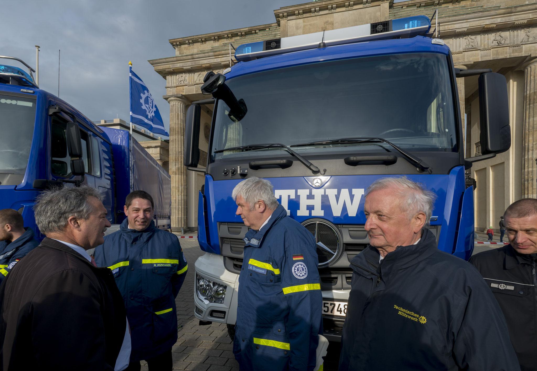 Vizevorstand Horst Engelhardt bei der Fahrzeugübergabe an das THW vor dem Brandenburger Tor
