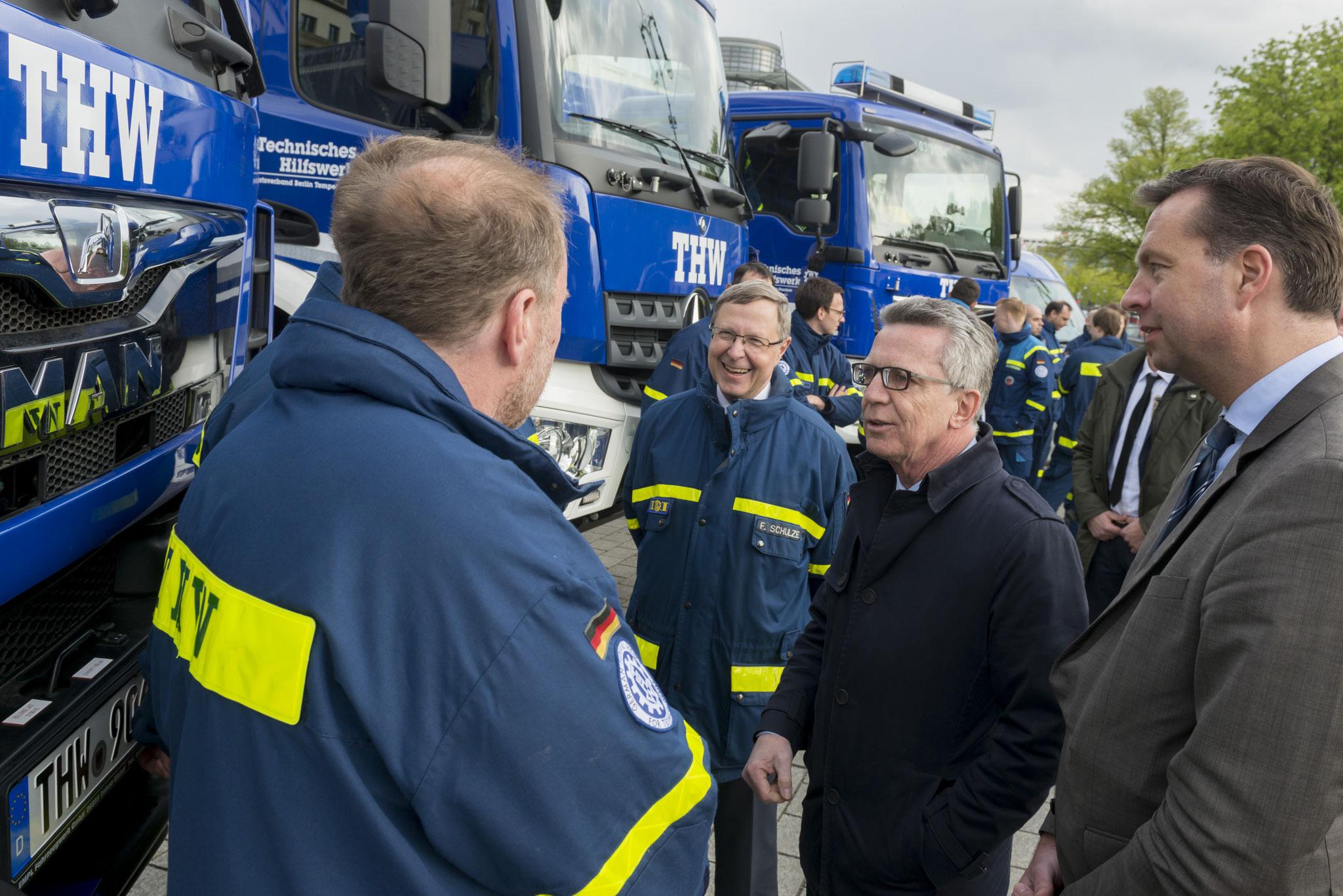 Bundesinnenminister Thomas de Maizière bei der Fahrzeugübergabe an das THW vor dem Brandenburger Tor