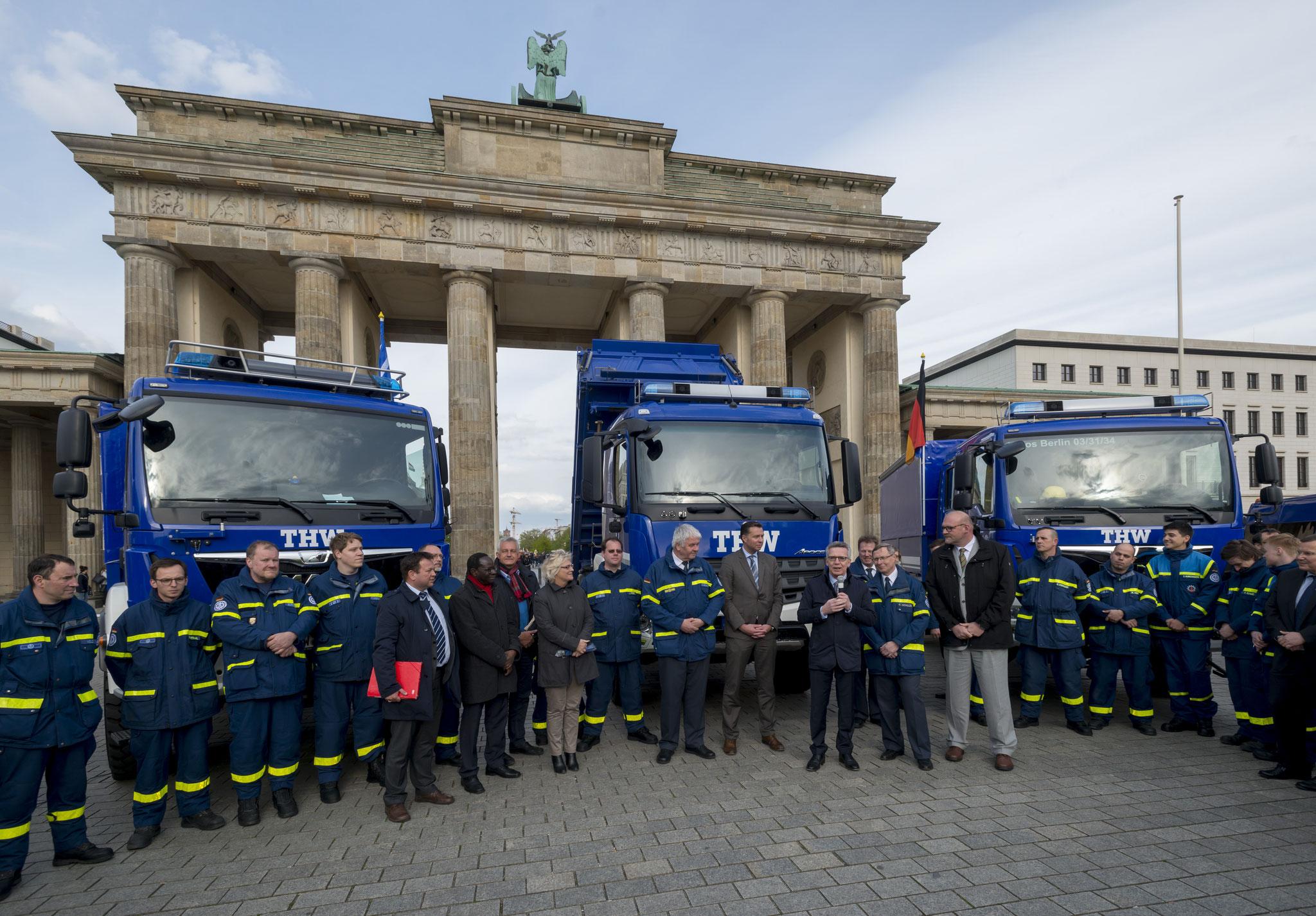 Fahrzeugübergabe an das THW vor dem Brandenburger Tor