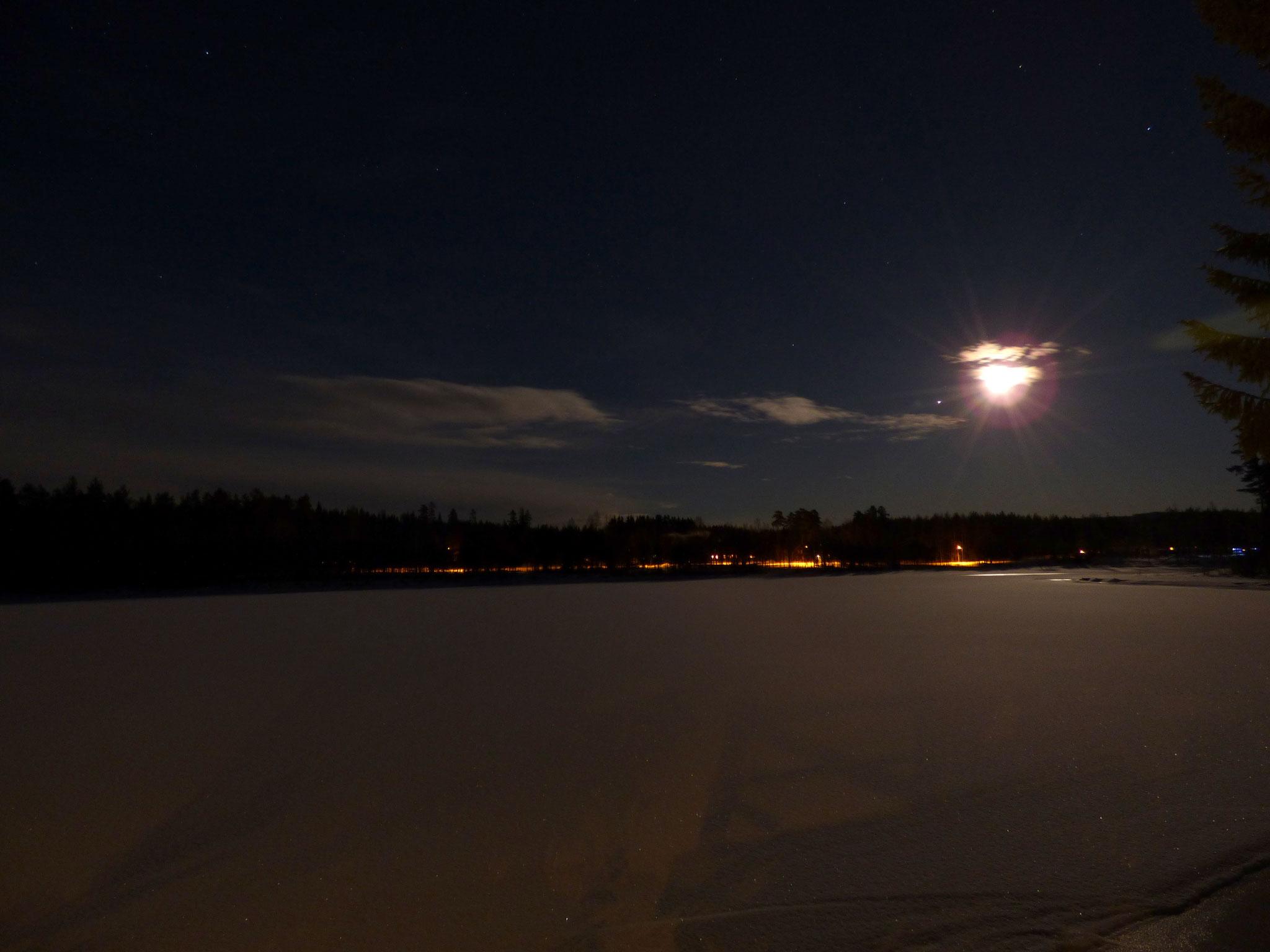 Nya Skogsgården - Vollmond über dem gefrorenen See