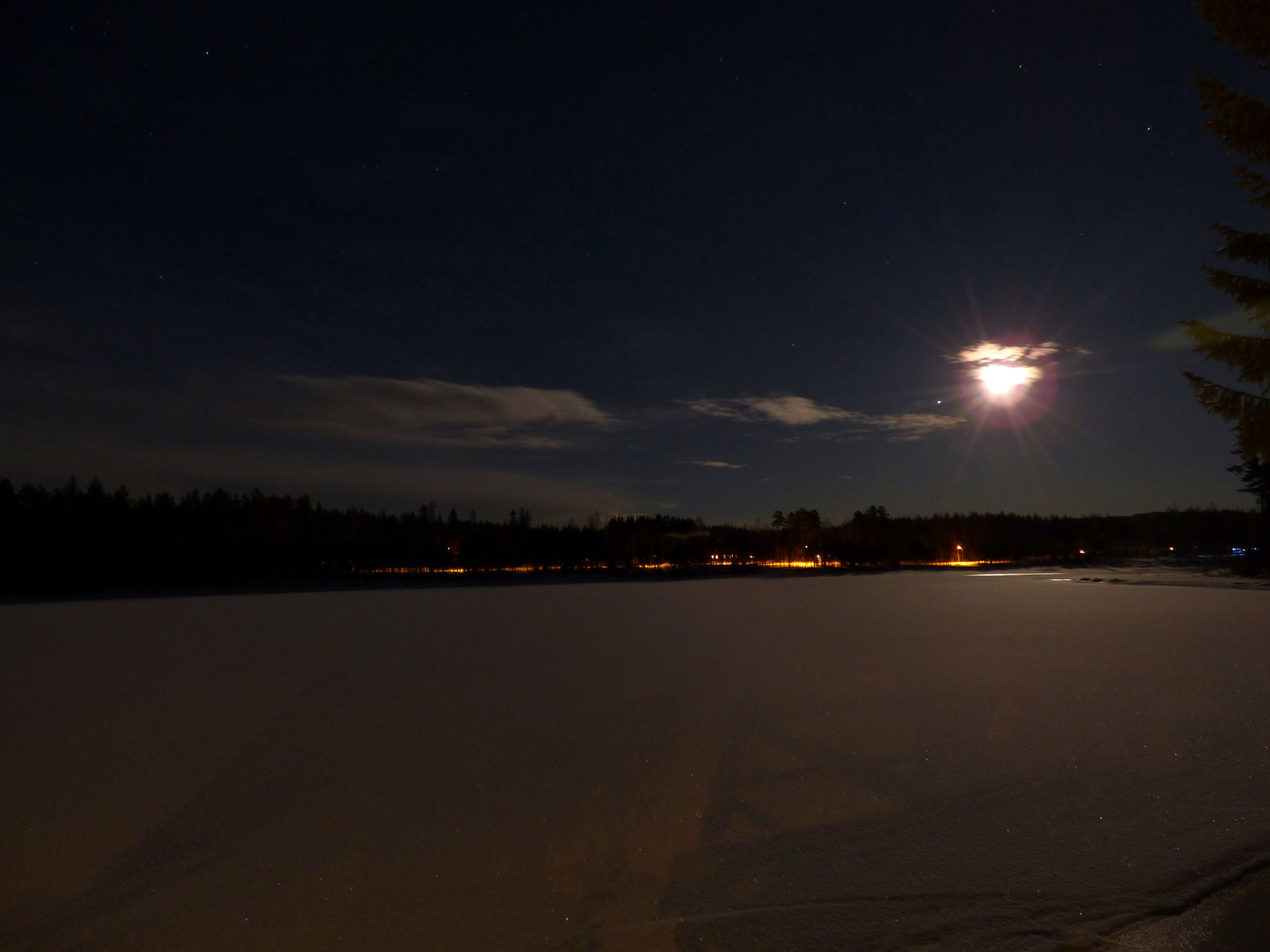 Fullmåne över den frusna sjön