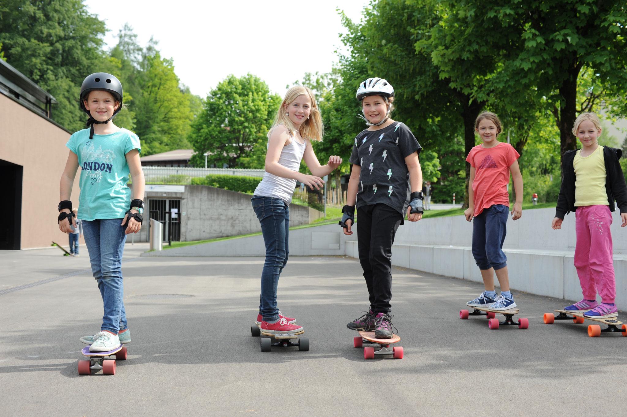 Die Girls haben Spass am Longboarden