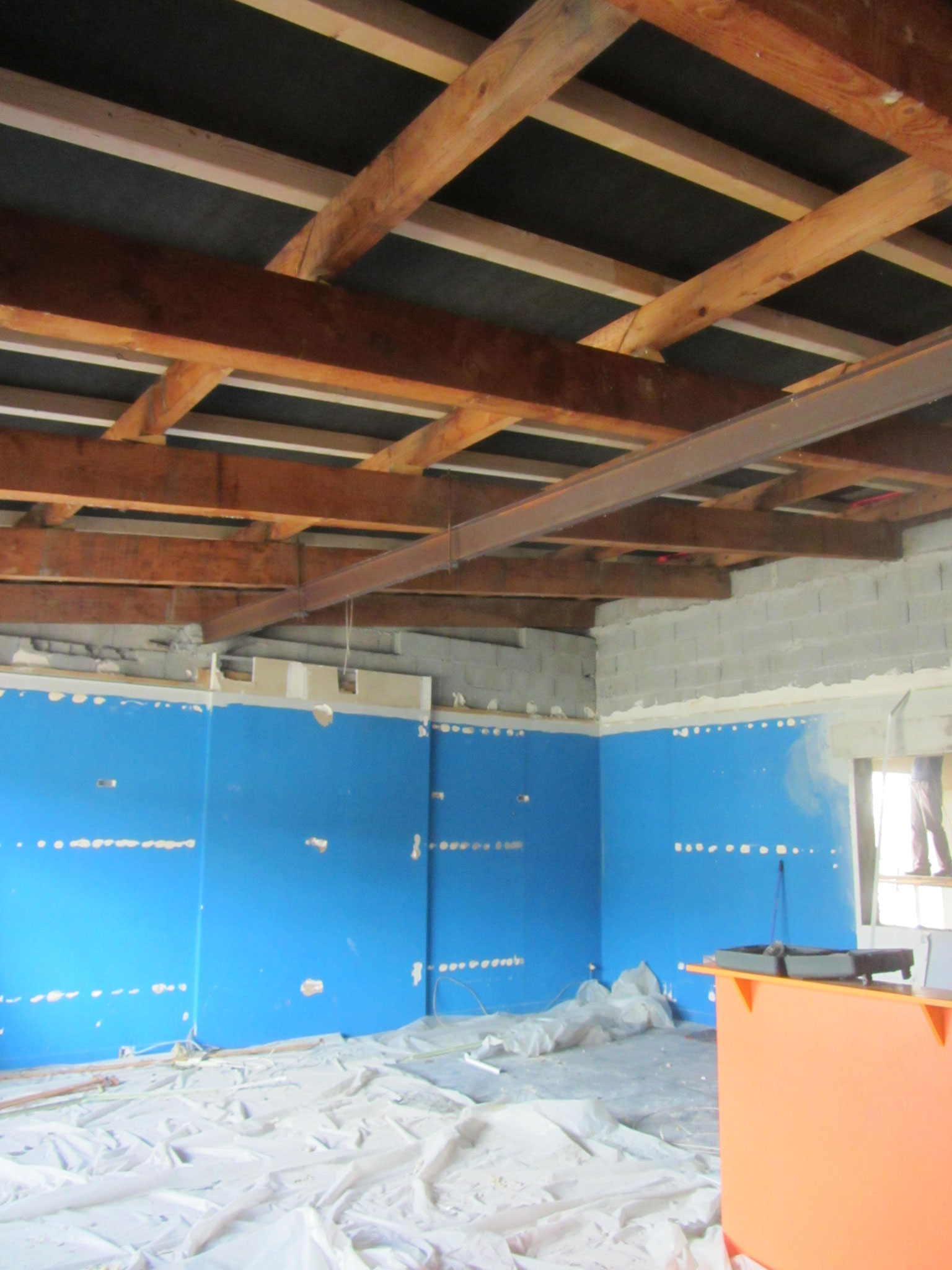 Le faux plafond est tombé et la charpente en partie rénovée
