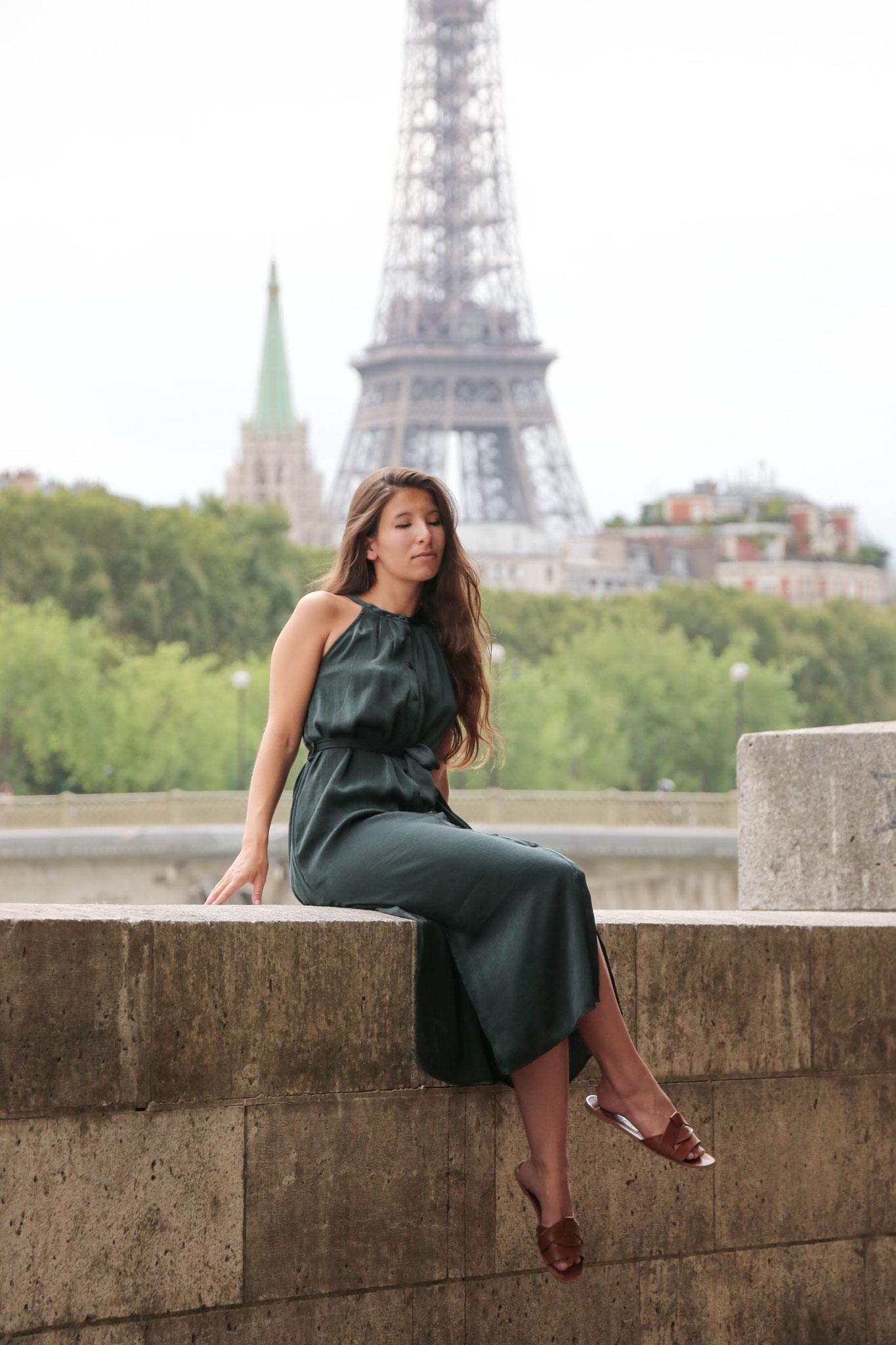 Modeblog by Carmen Schubert grünes Satinkleid Zara Paris Eifelturm
