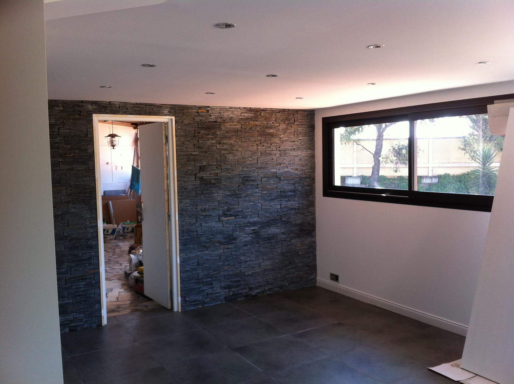 Pose de carrelage sur sol et parement pierre sur murs