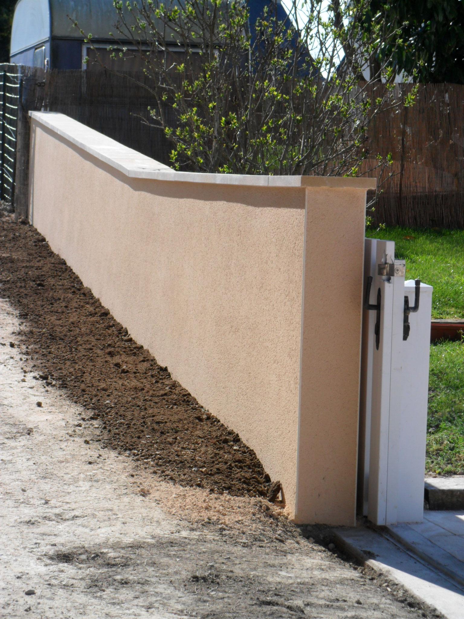 Enduit projeté sur mur de clôture