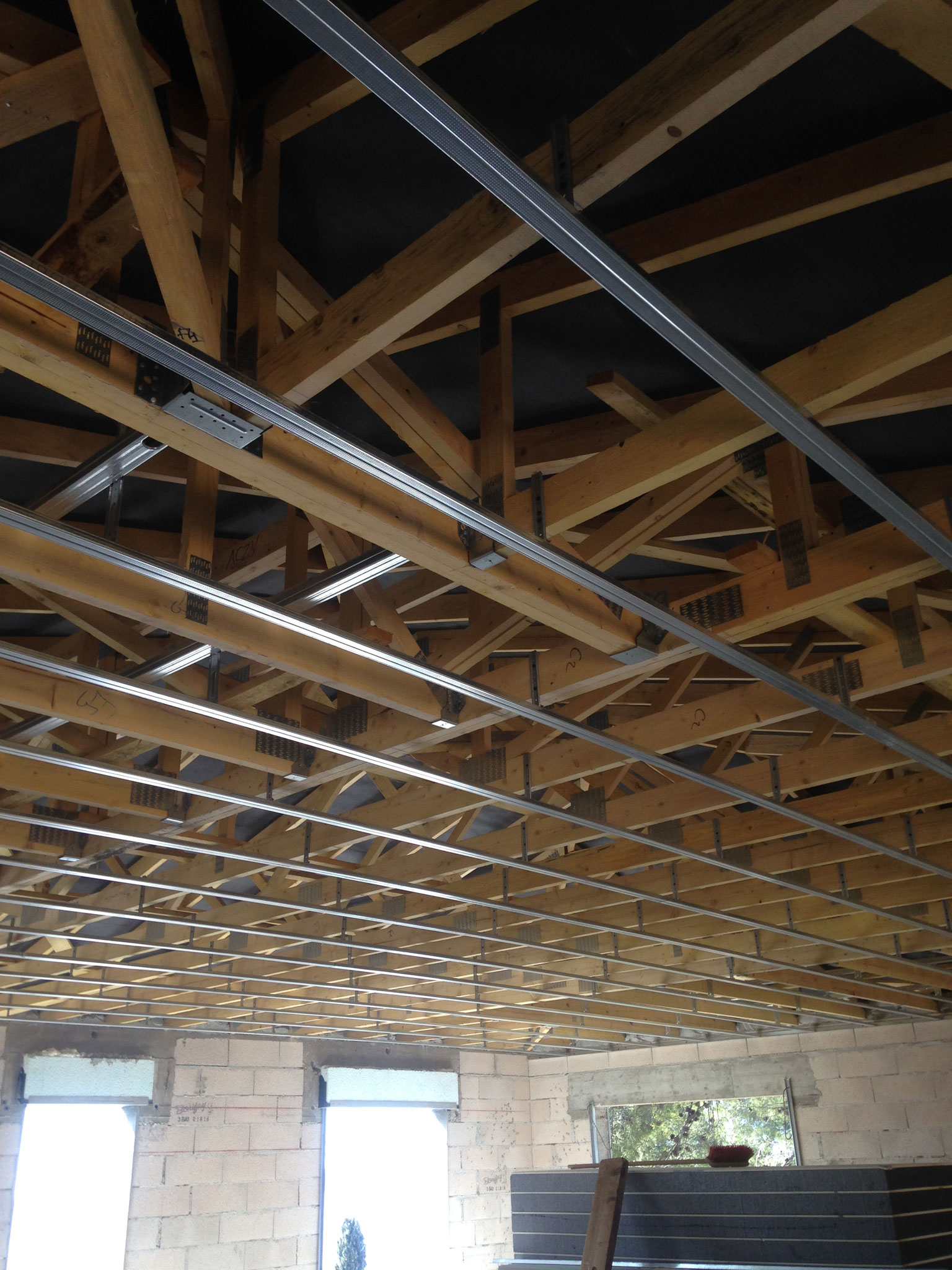 Installation d'une ossature métallique pour pose d'un faux-plafond (maison neuve)