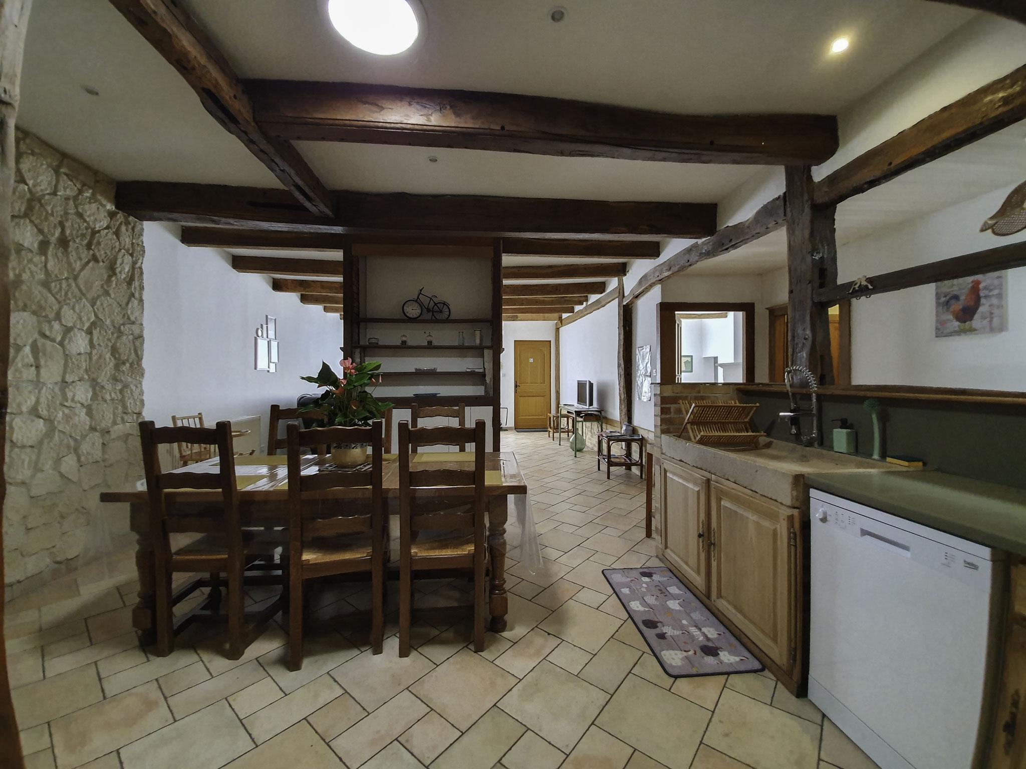 Pièce à vivre ouvrant sur coin cuisine - gîte en ARGONNE