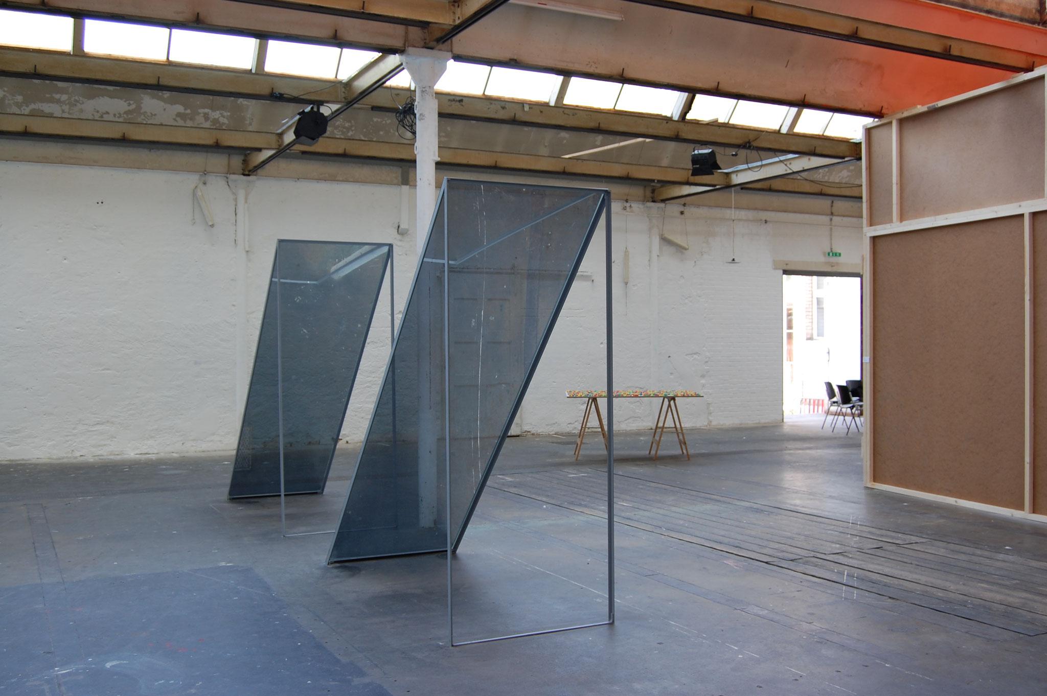 Shed; 2006; Skulptur; Plexiglas, Zweiwegfolie, Eisen; 180 x 100 x 300 cm