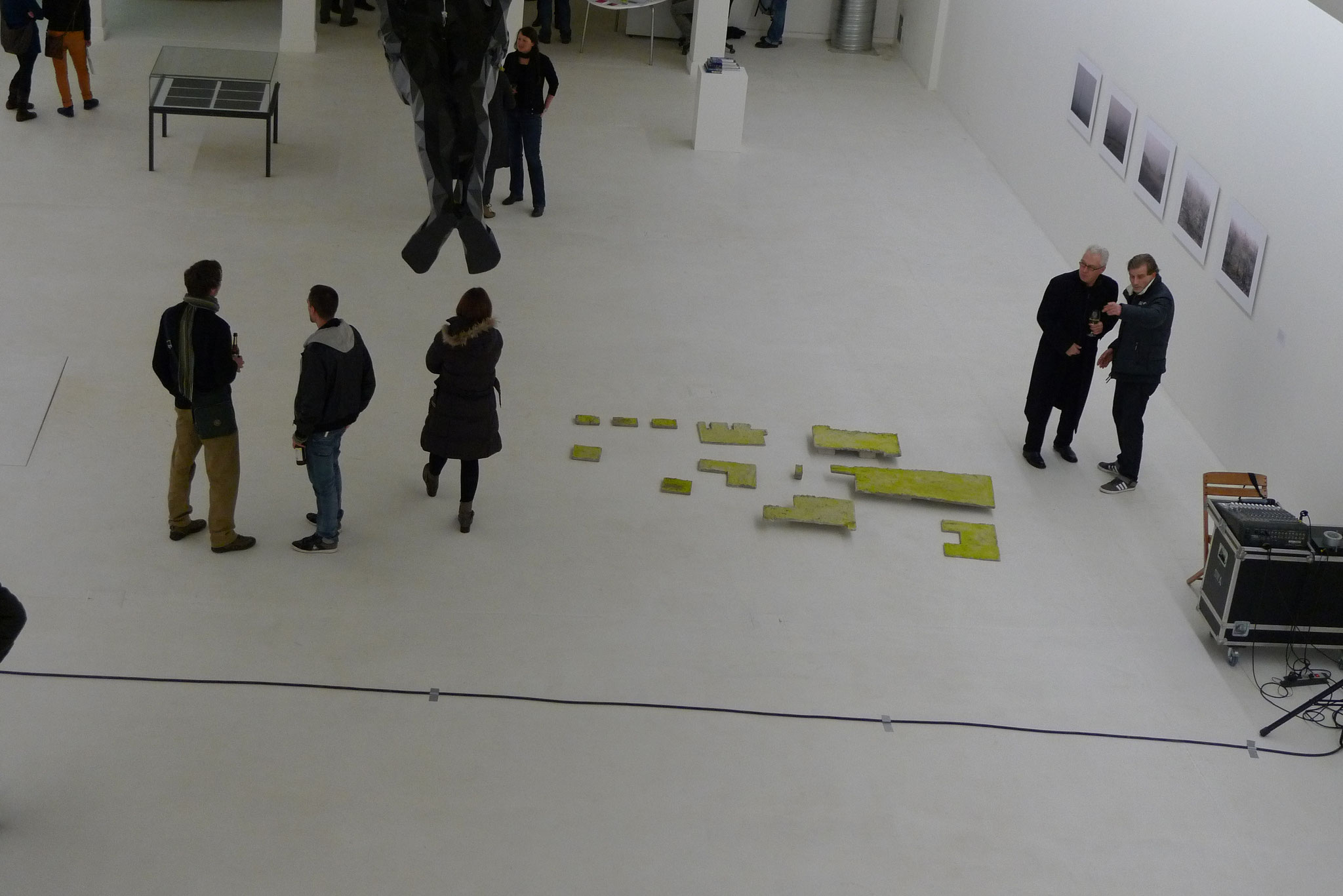 Fundamente; 2011; Installation; Beton, Acrylfarbe; Grösse variabel
