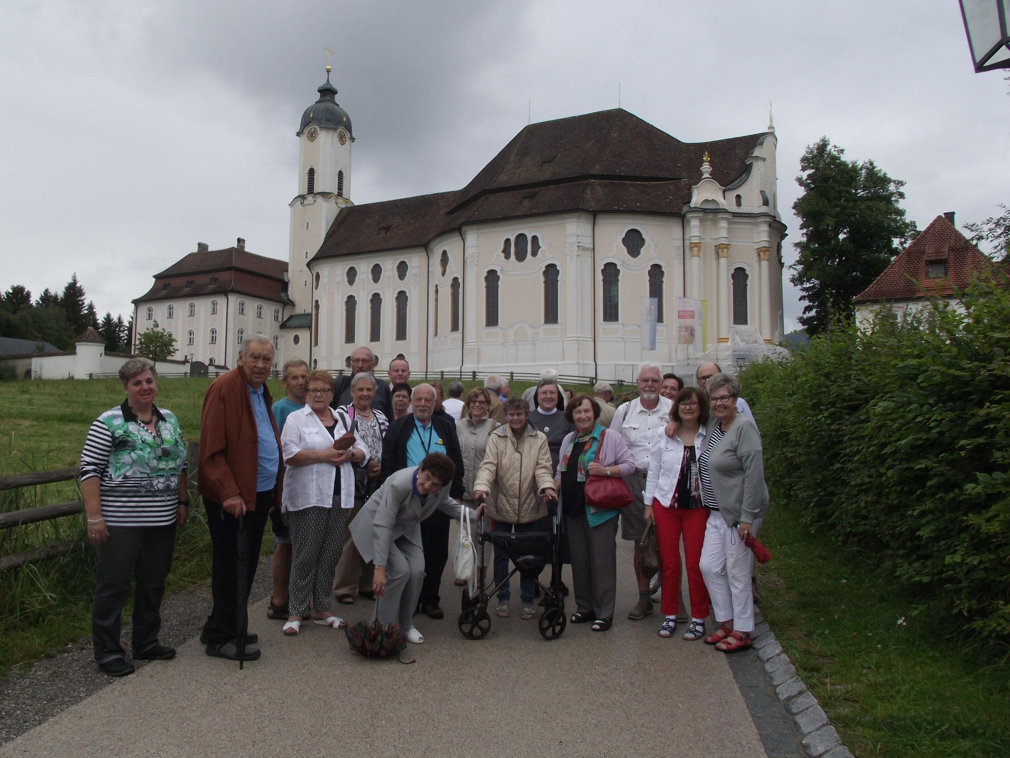 """Die Reisegruppe vor der """"Wies"""" in der Pfarrei Steingaden"""