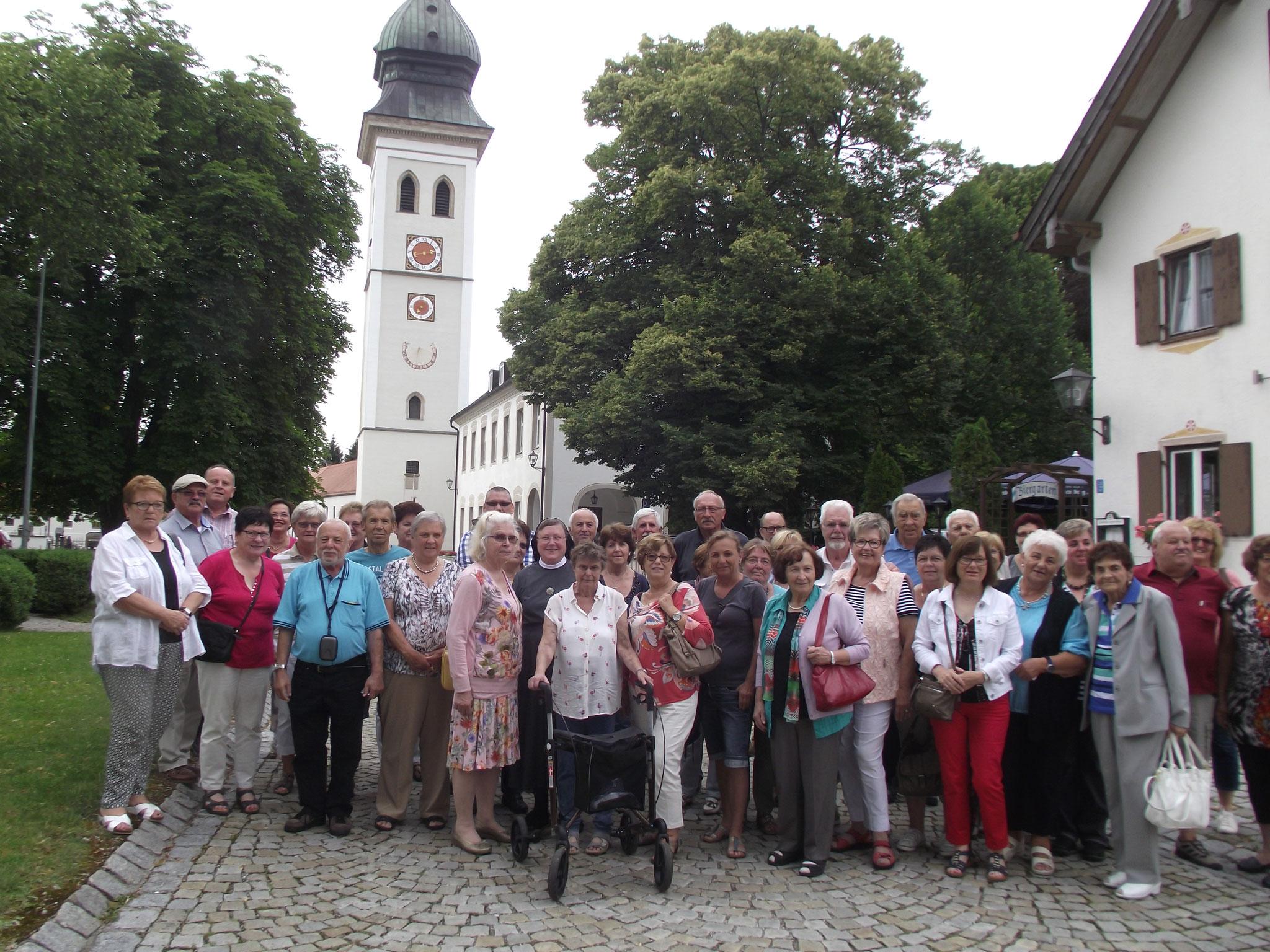 Die Reisegruppe vor dem frei stehenden Turm der Kirche von Rottenbuch