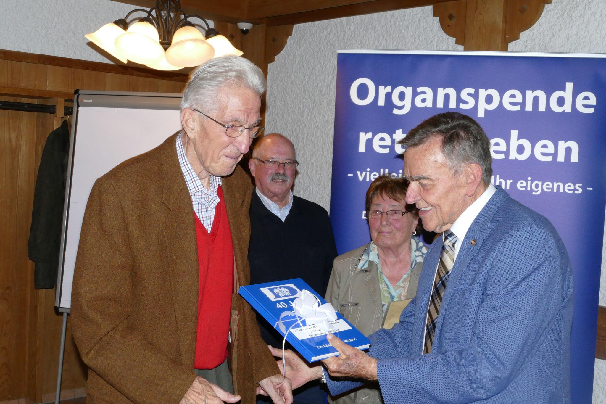 Gründungsmitglied Gottfried Zagler dankt S.Bäumel mit einem Bildband über 40 Jahre Hilfsgemeinschaft