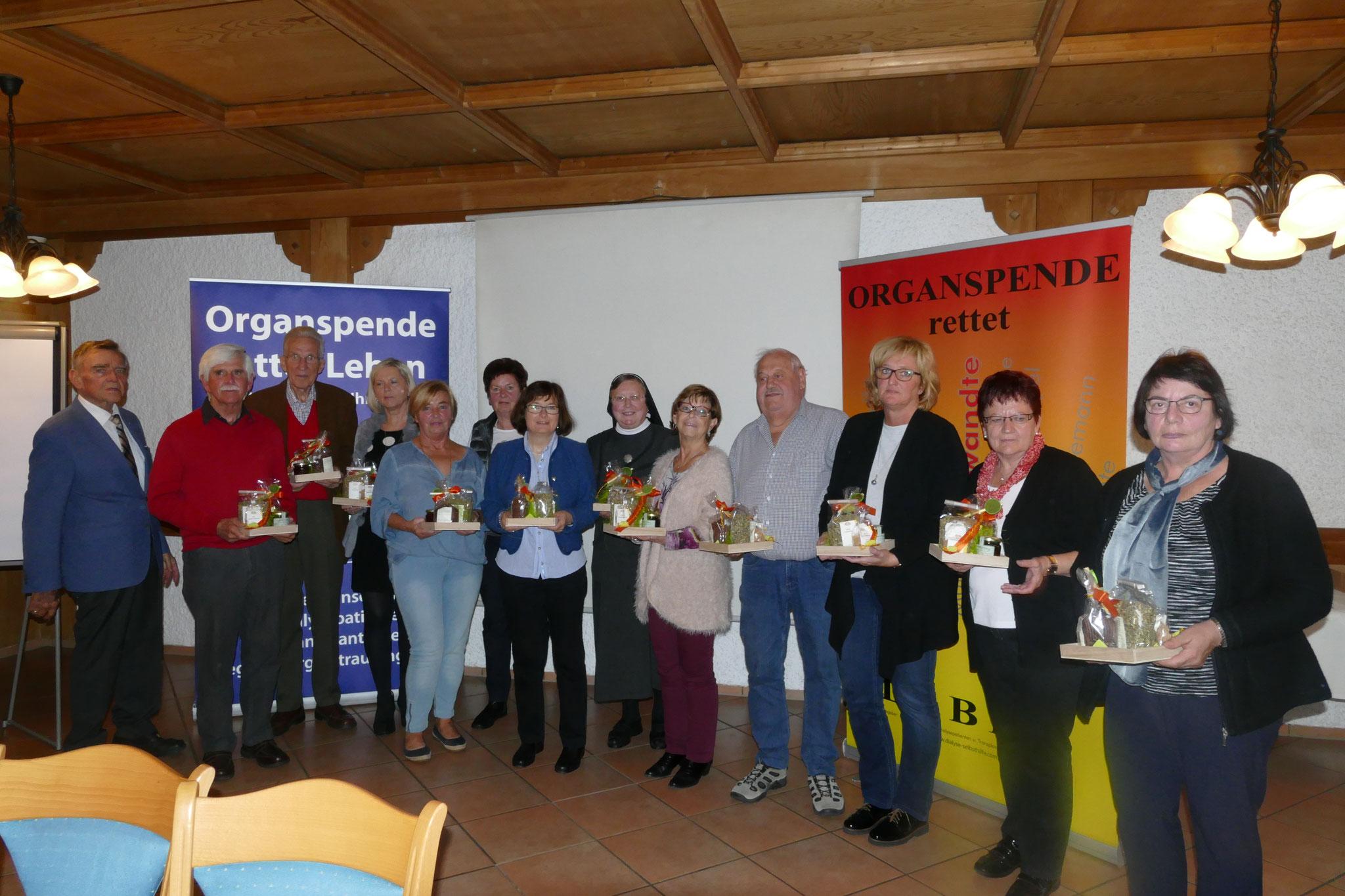 14  ehrenamtlich in der Hilfsgemeinschaft Tätige wurden mit einem kleinen Präsent belohnt