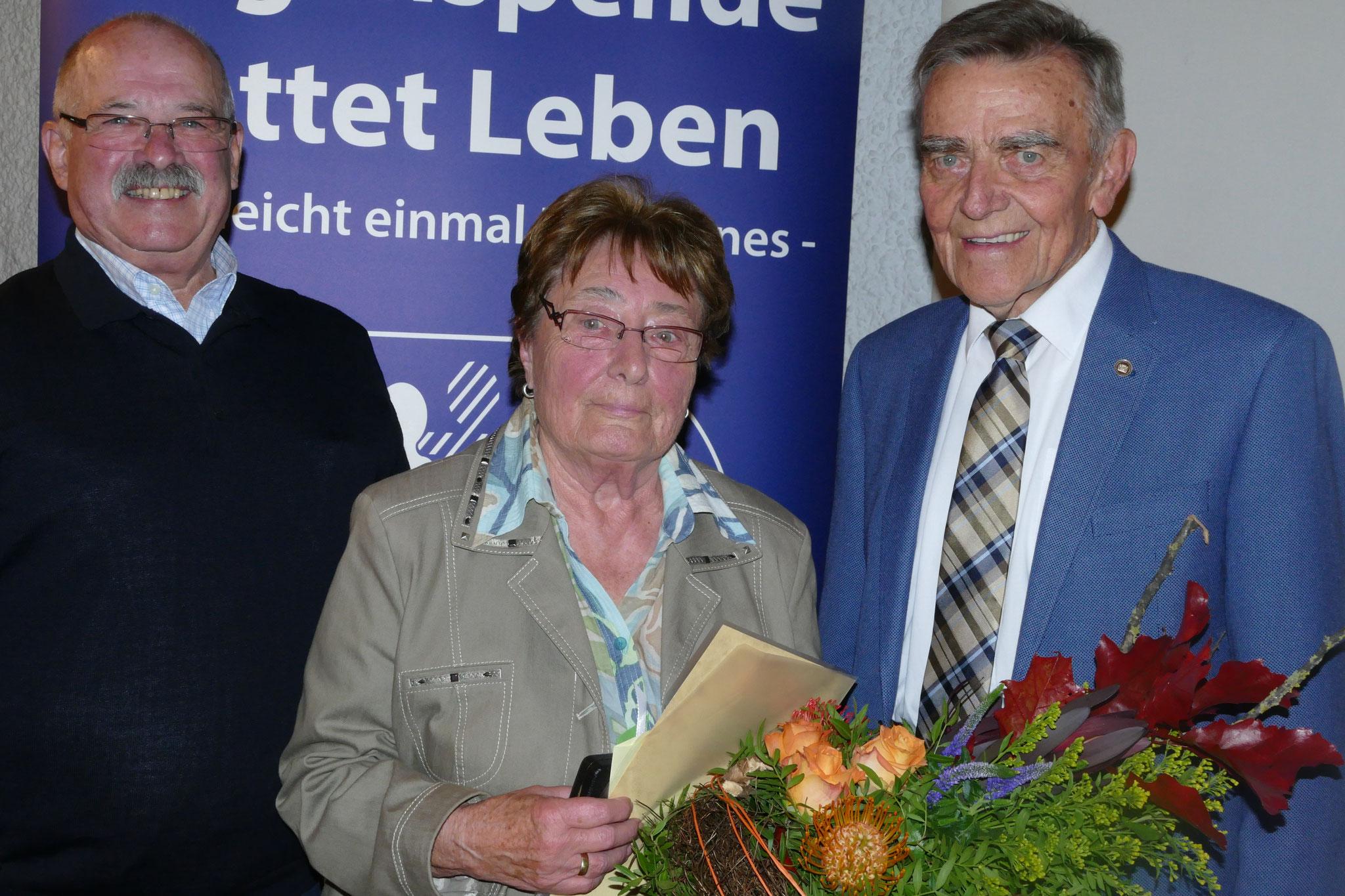 Schatzmeisterin Sieglinde Beck erhielt Ehrenurkunde und die Anstecknadel in Gold