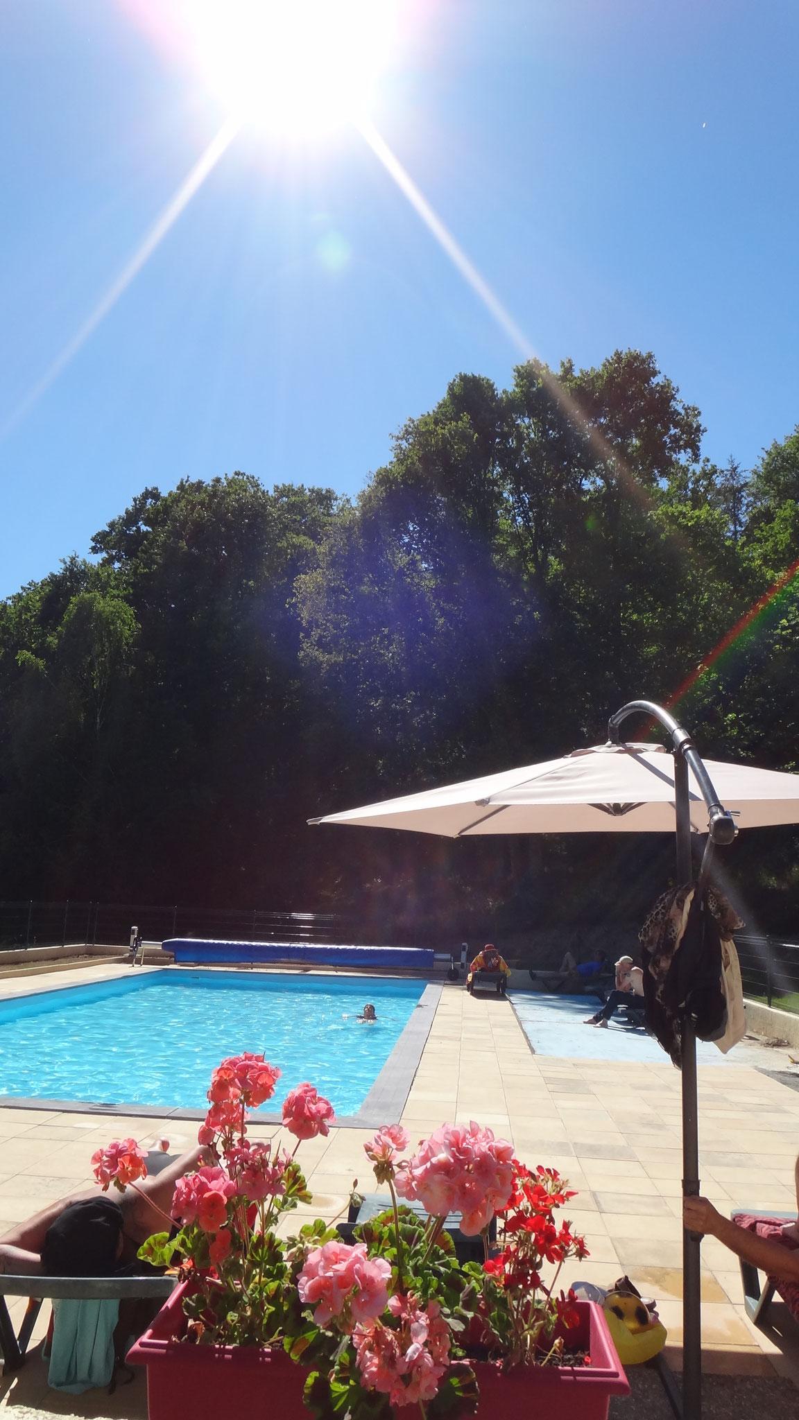 D'une profondeur de 1.35m, la piscine est adaptée aux enfants...