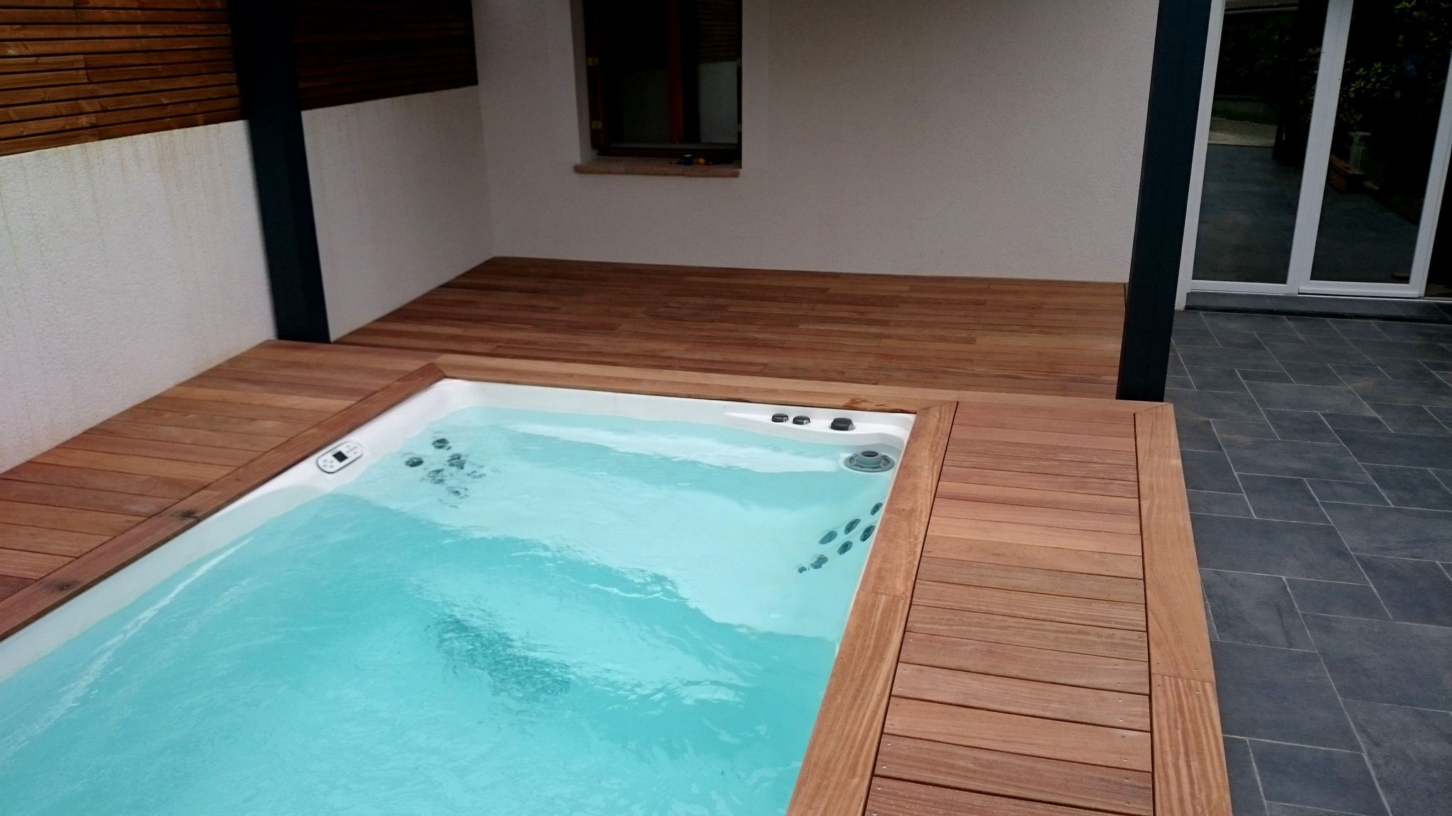 Installations constructions gilbert piscines sas for Coque jacuzzi polyester