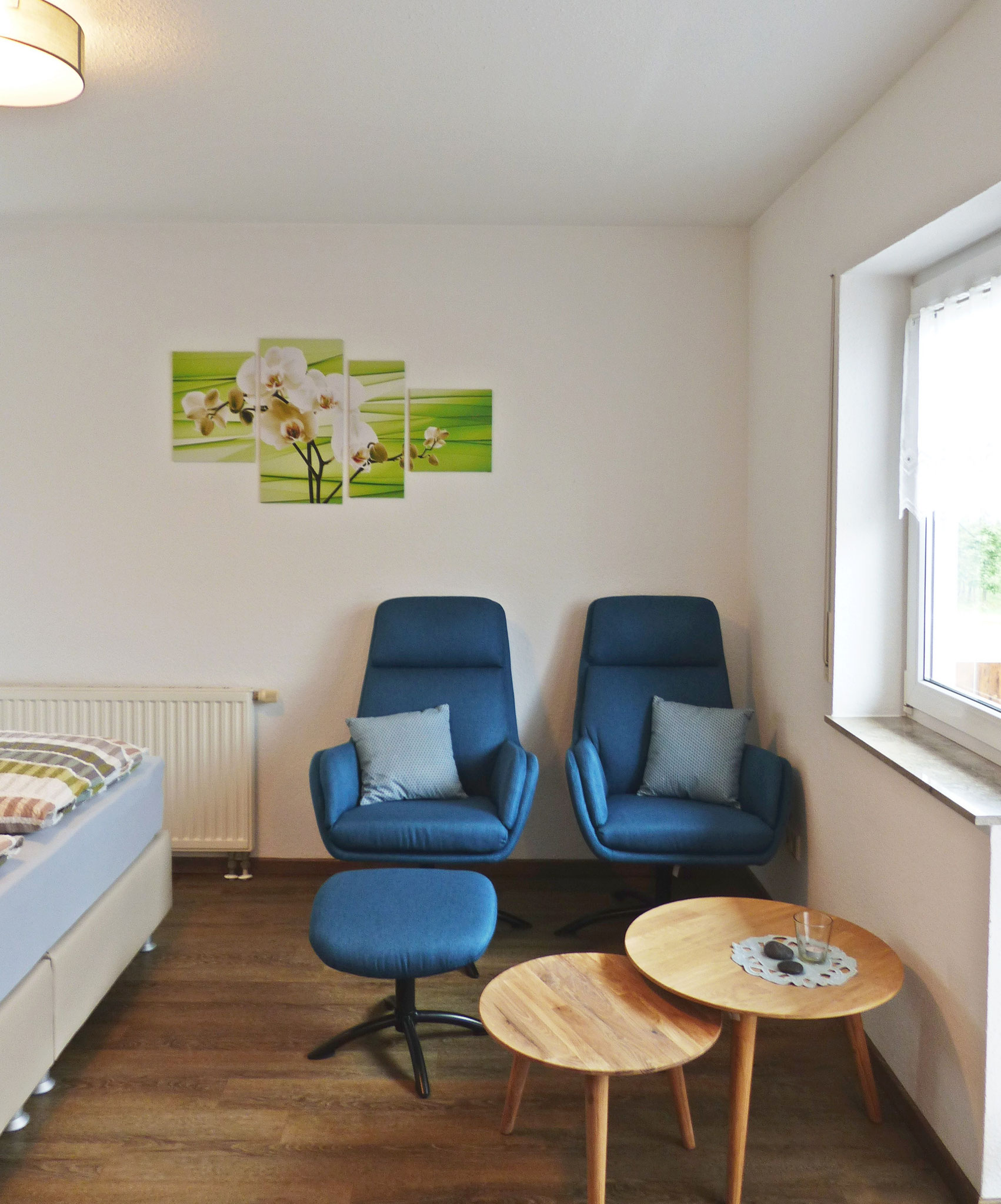 Wohnbereich mit zwei bequemen Relaxsesseln