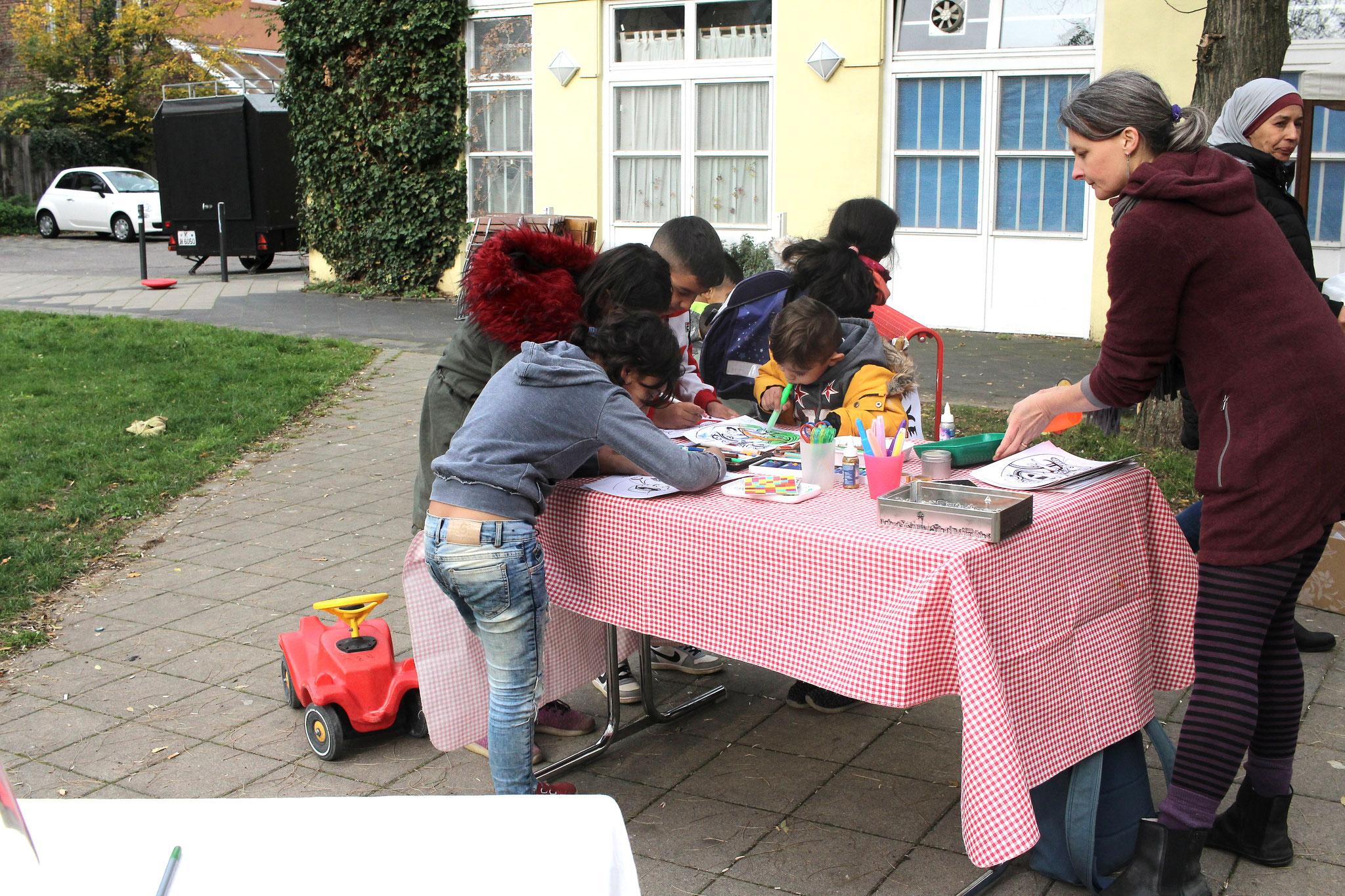 Masken malen und basteln mit Spielplatzpatin Hanna Ungar.
