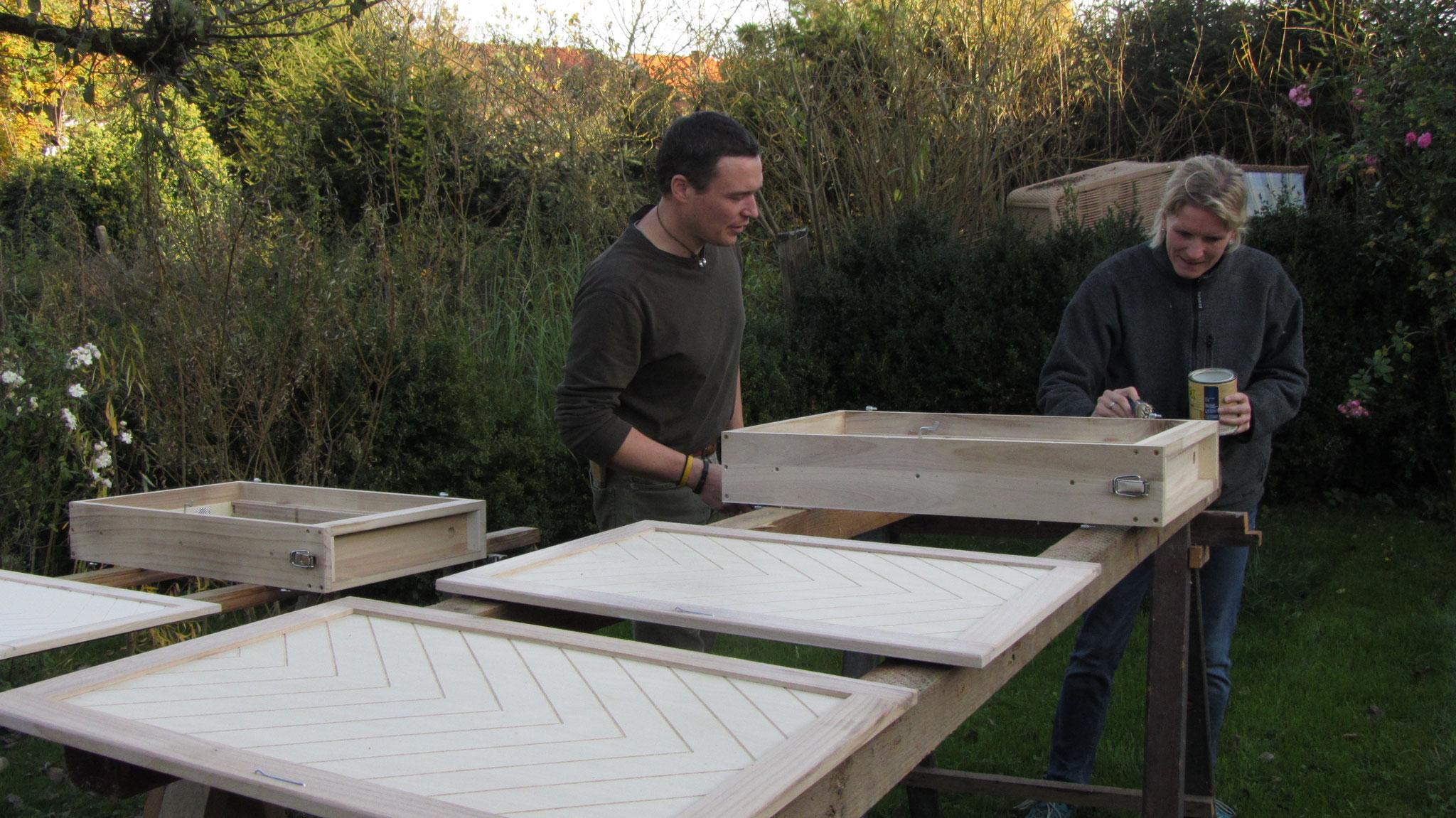 Machen die Bienenschaukästen witterungsfest: Frank Kazmierczak (Imker aus Kleinenberg und Uta Lutze (Vorstand Bürgerstiftung) sind aktiv im Artenschutzprojekt tätig.