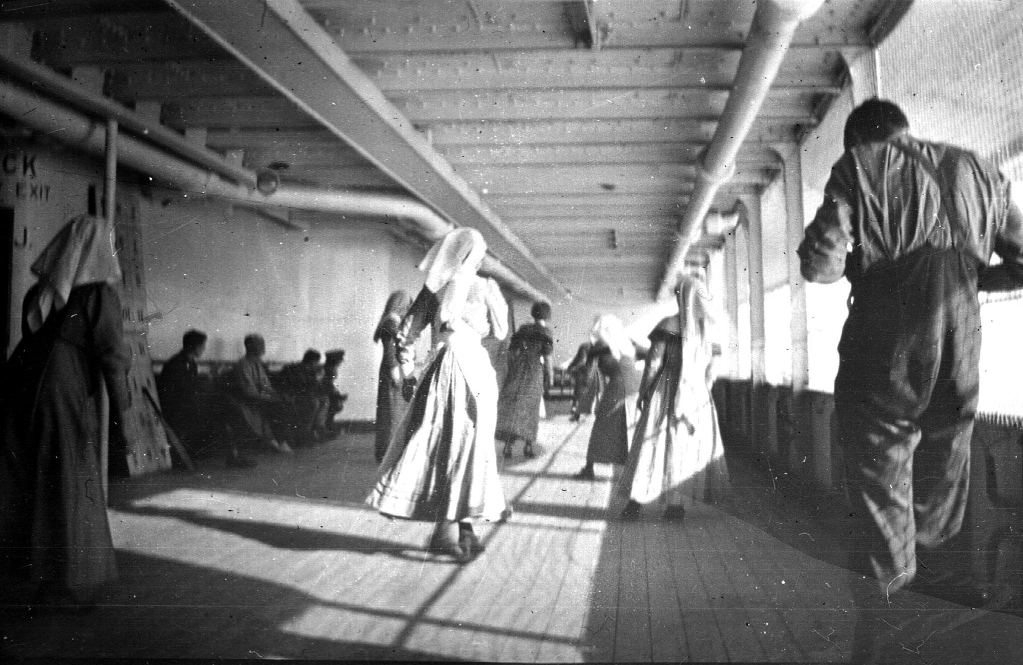 Krankenschwestern spielen auf der Britannic Kricket (© John Fleming Collection)