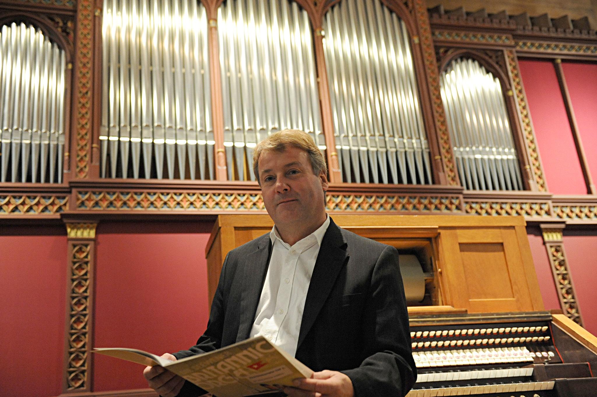 Christoph Hänggi, Direktor des Museums für Musikautomaten, vor der Britannic-Orgel (© Peter Jaeggi)