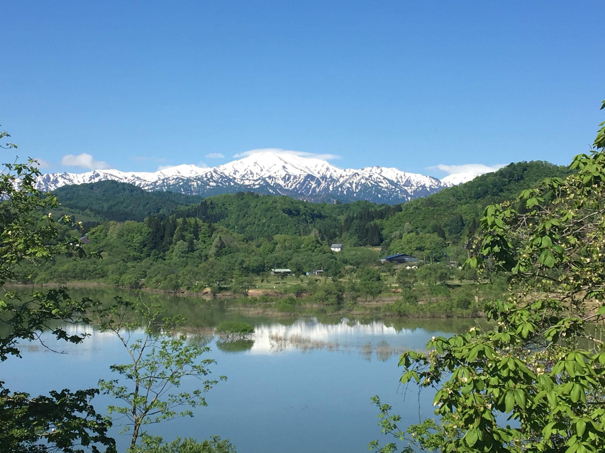 4月 残雪の飯豊山と白川湖