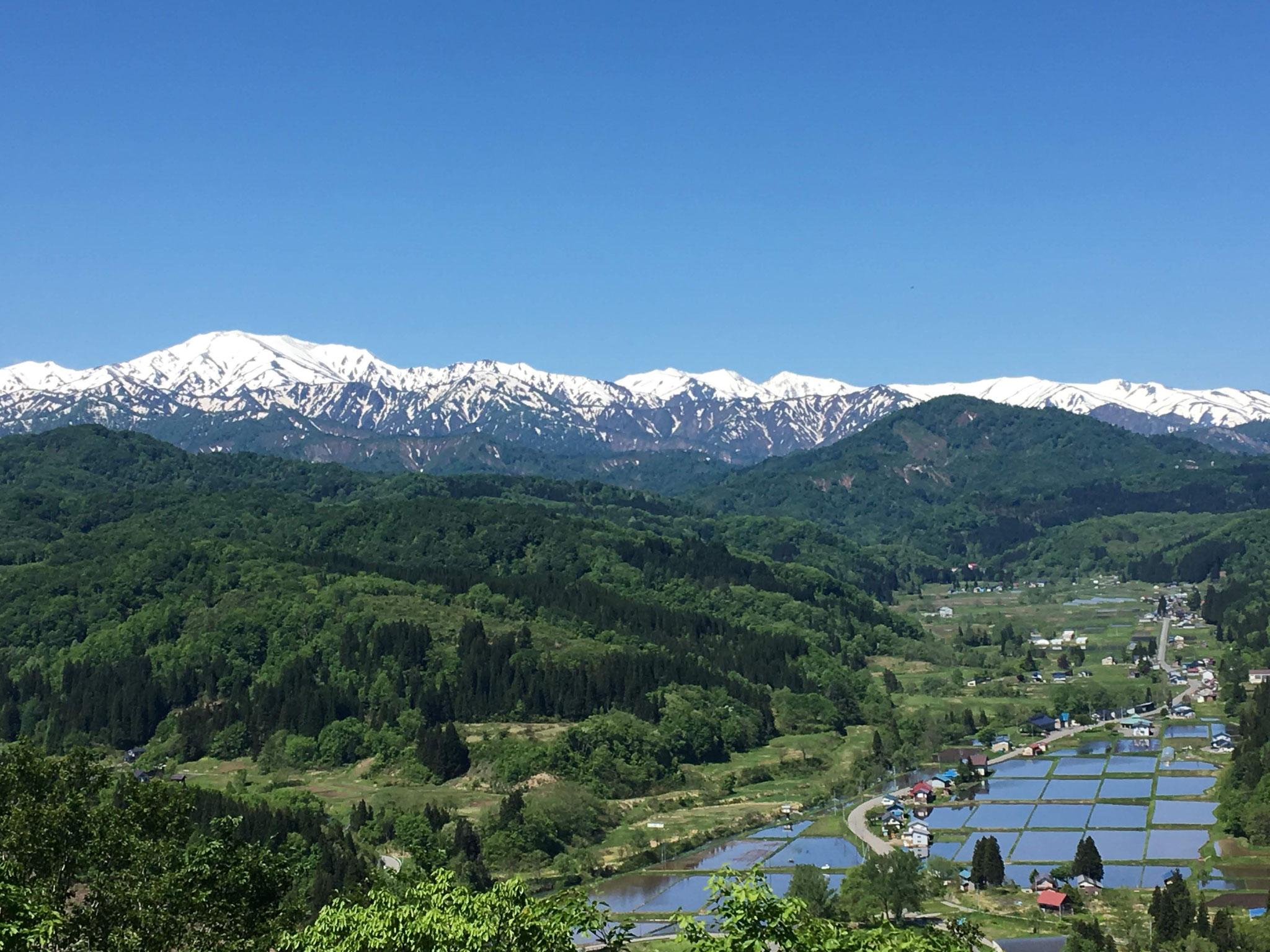 5月 展望台から見える飯豊山と中津川村(上原)