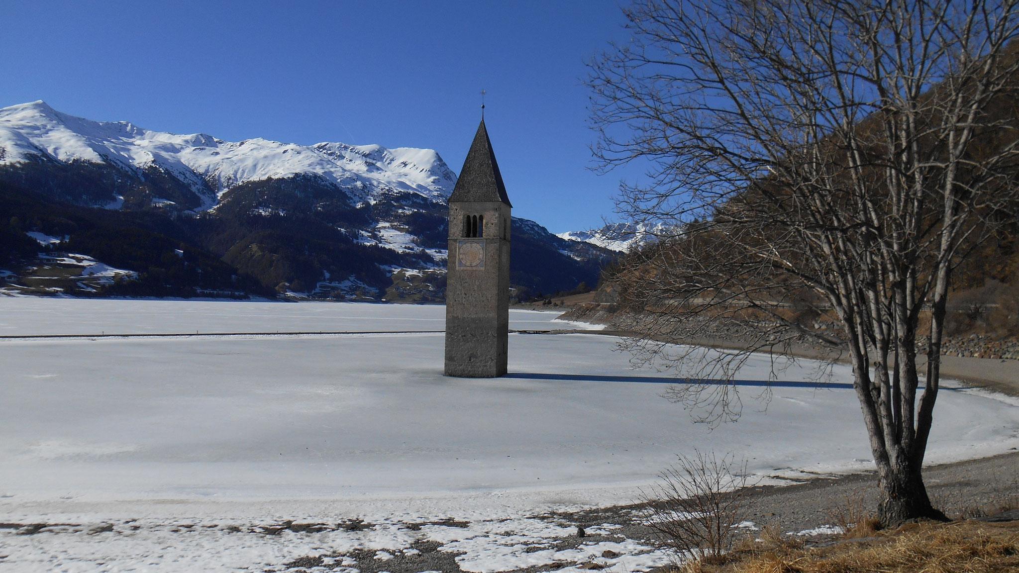 Auf der Rückfahrt geht's am Kirchturm von alt Graun vorbei (Fotos von Katrin Schmid Lüdi)