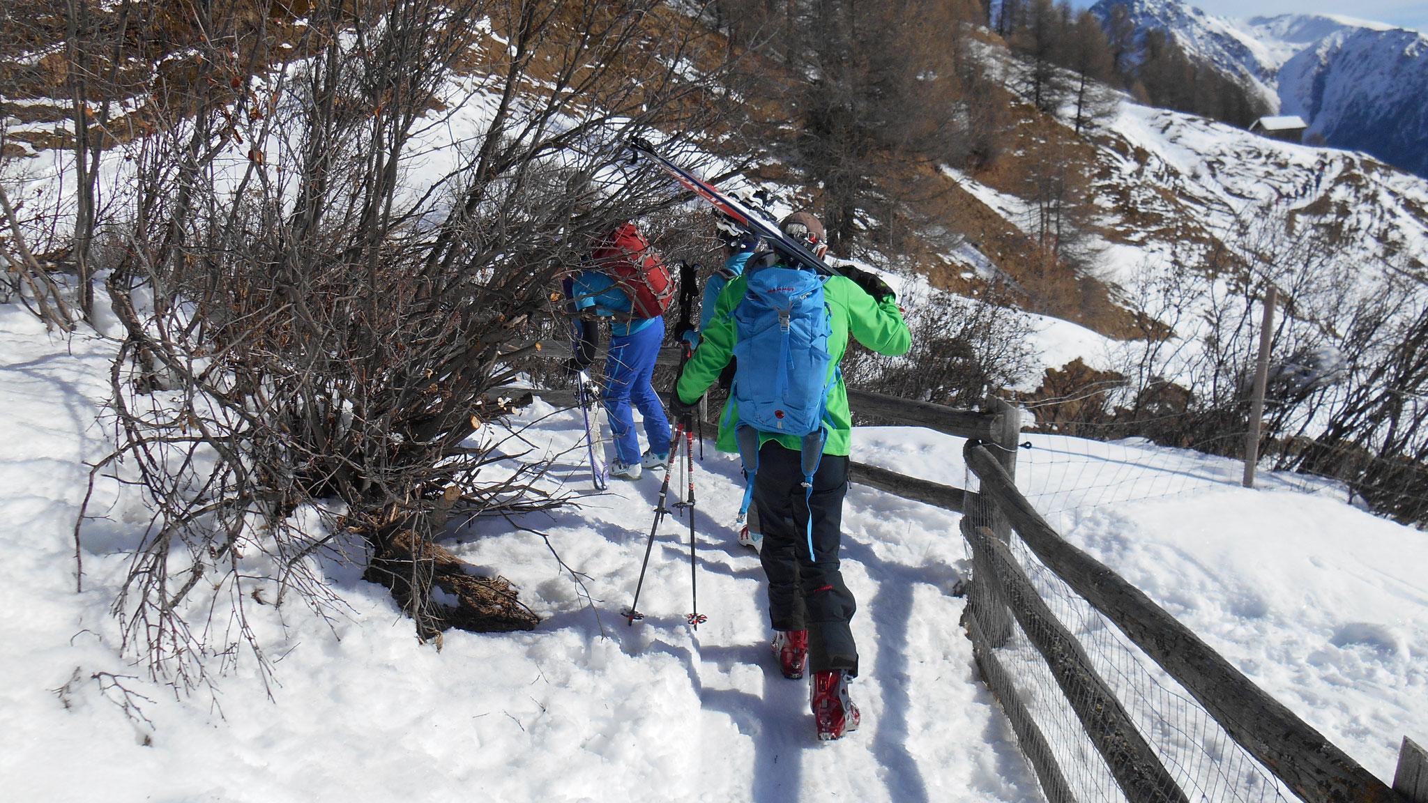 nach dem Klettern heisst's kurz Skier tragen