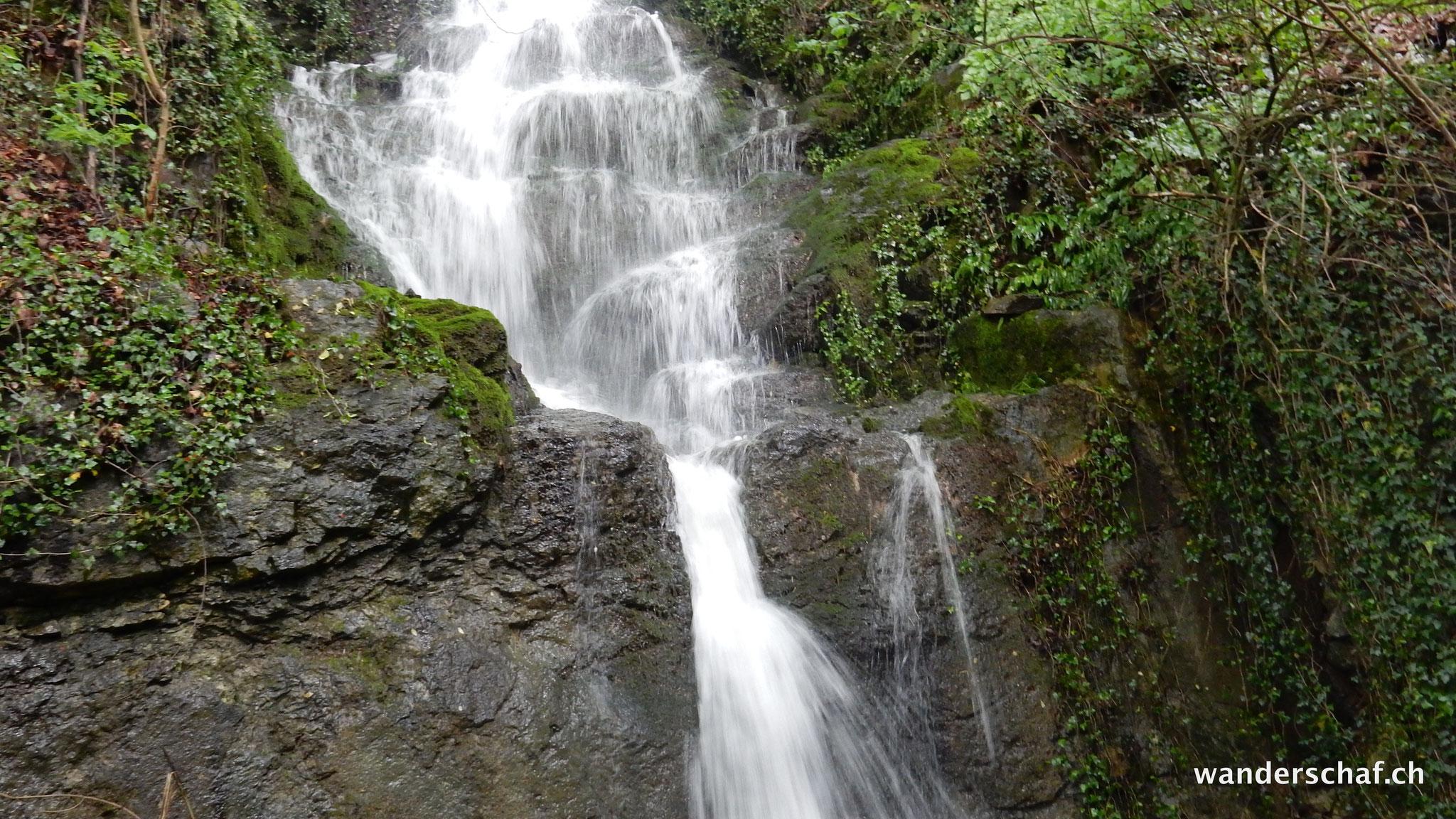 schöner Wasserfall unterwegs von Ennetbürgen zur Nas