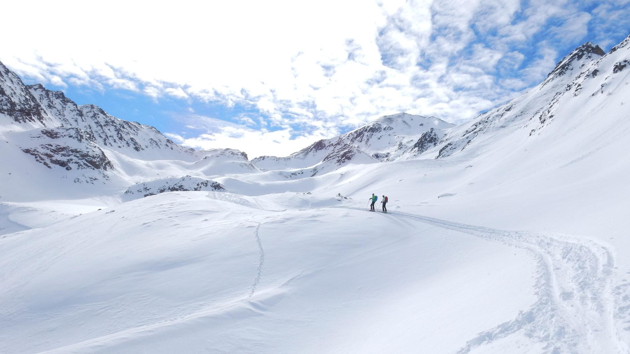 von der Sessellift Bergstation geht's ins Tal zwischen Zehner und Zwölfer hinein