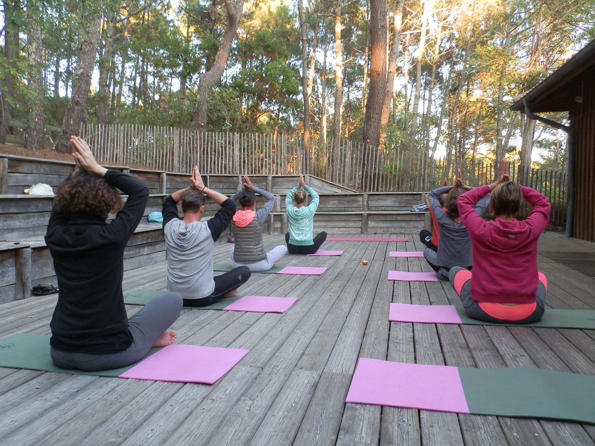 Séance de yoga en extérieur, au Surf Club de la Presqu'île, Plage du Grand Crohot à Lège
