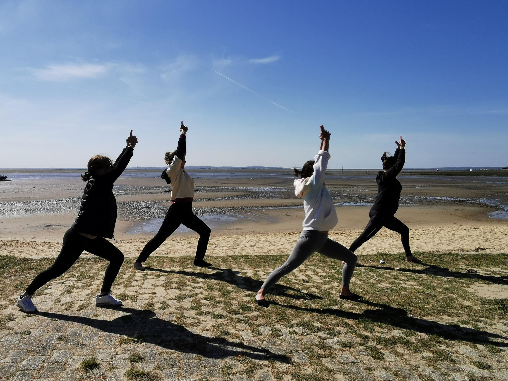 Séance de yoga sur la plage, côté bassin, à Claouey - ®YogaEspritSurf