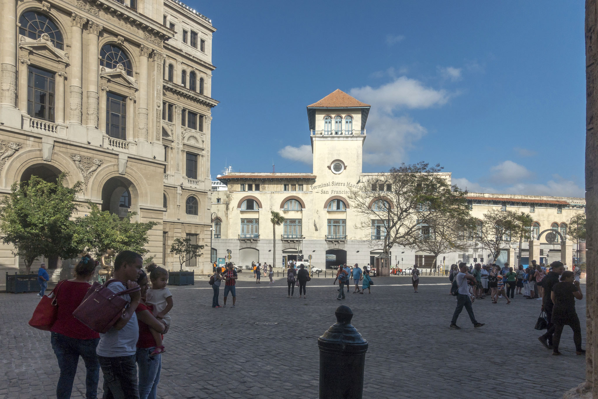 "Plaza de San Francisco de Asis, Blick auf das Hafengebäude ""Terminal Sierra Maestra"""