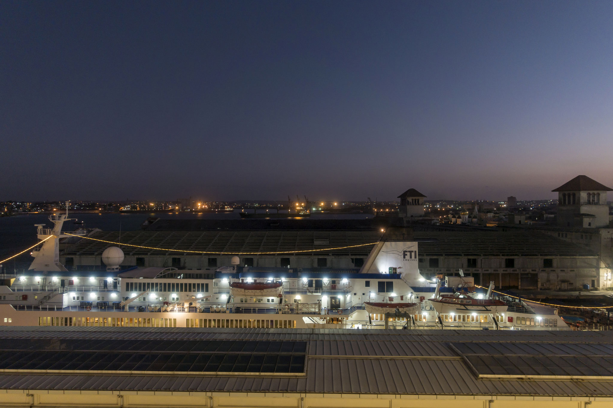 Kreuzfahrtschiff im Hafen Terminal de Cruceros de La Habana