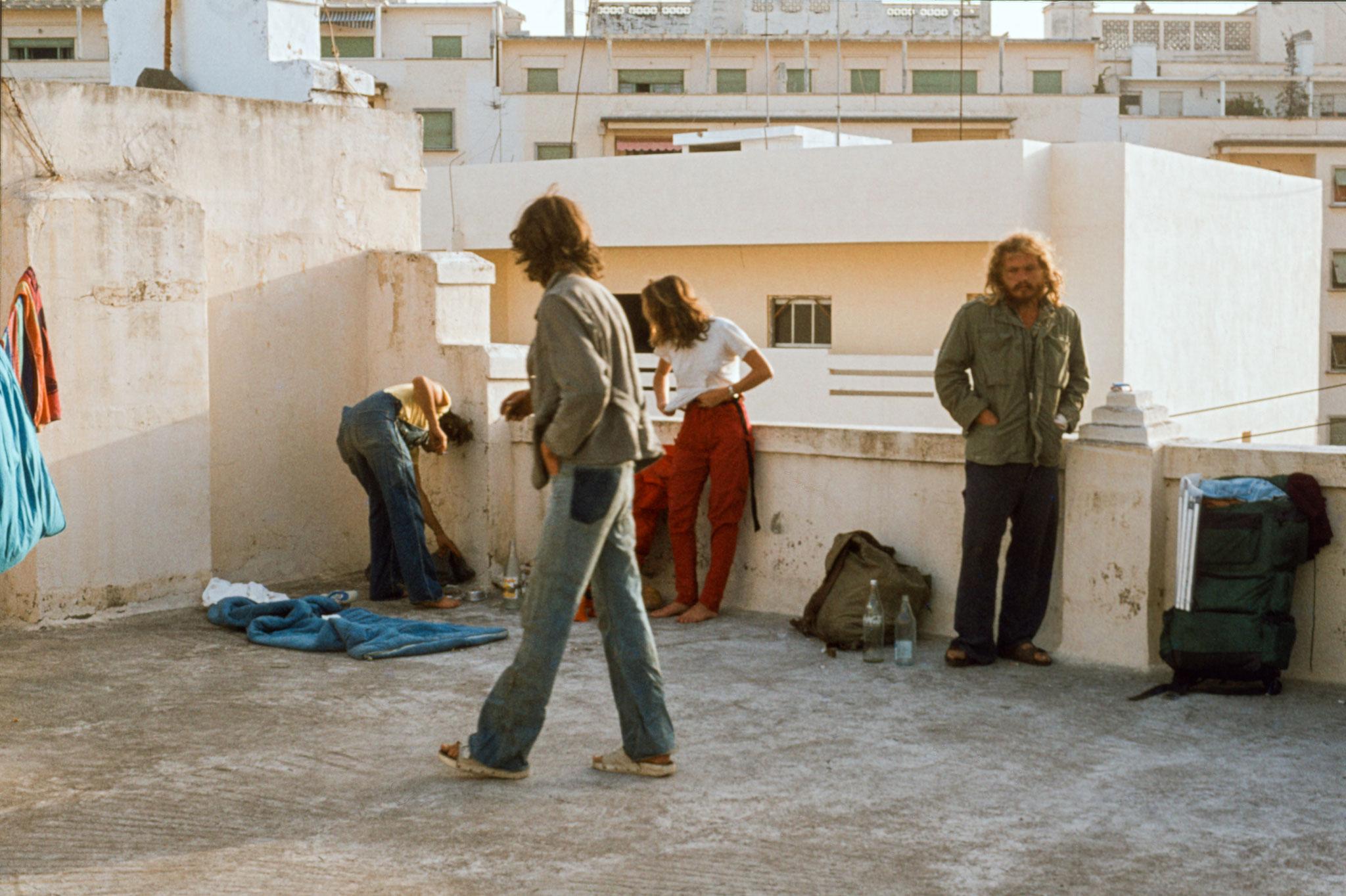 erste Übernachtung in Tanger auf dem Dach eines Hotels zusammen mit anderen Rucksacktouristen