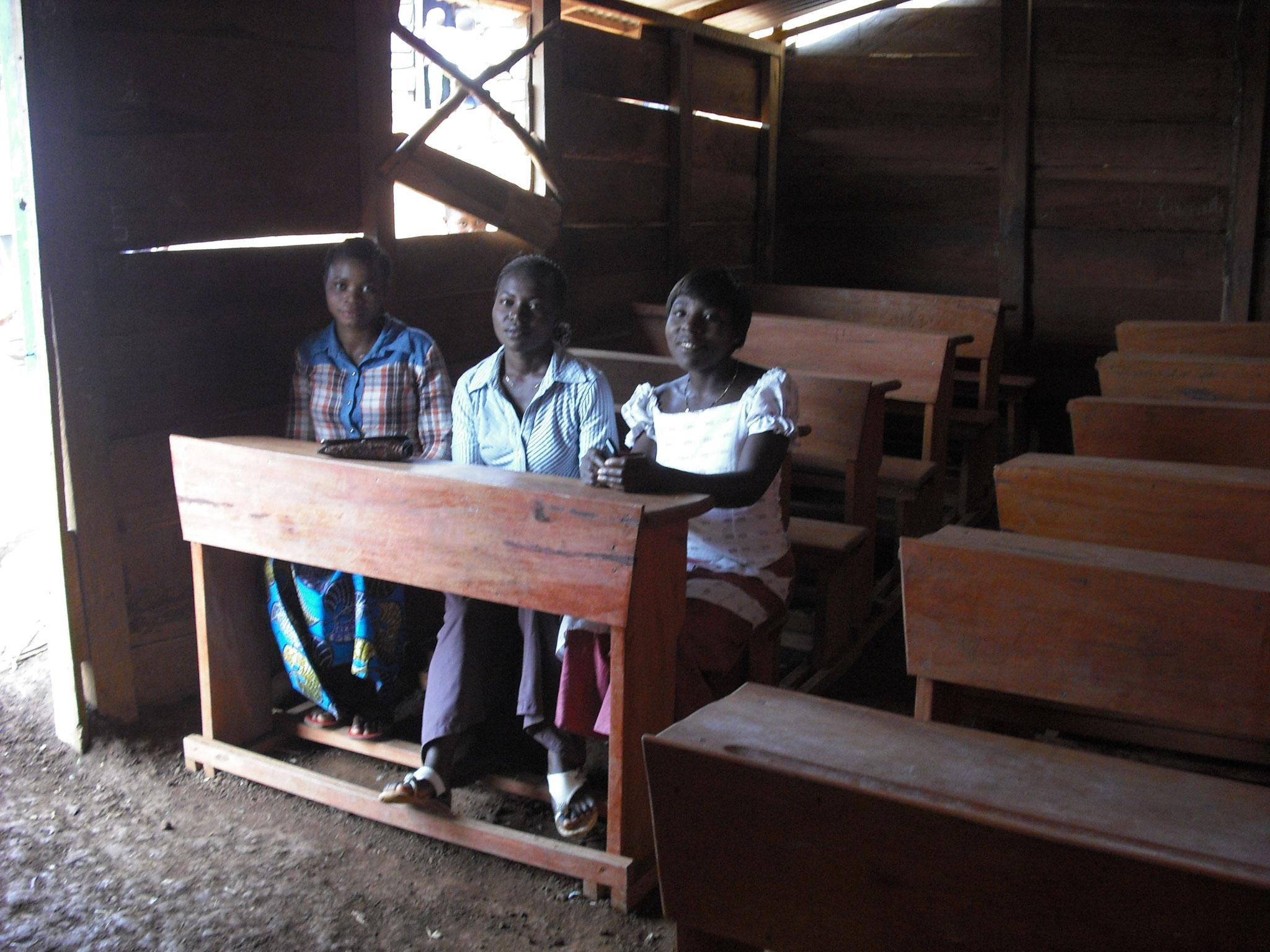 Lehrer und Schüler sind glücklich über die komfortablen Möbel.