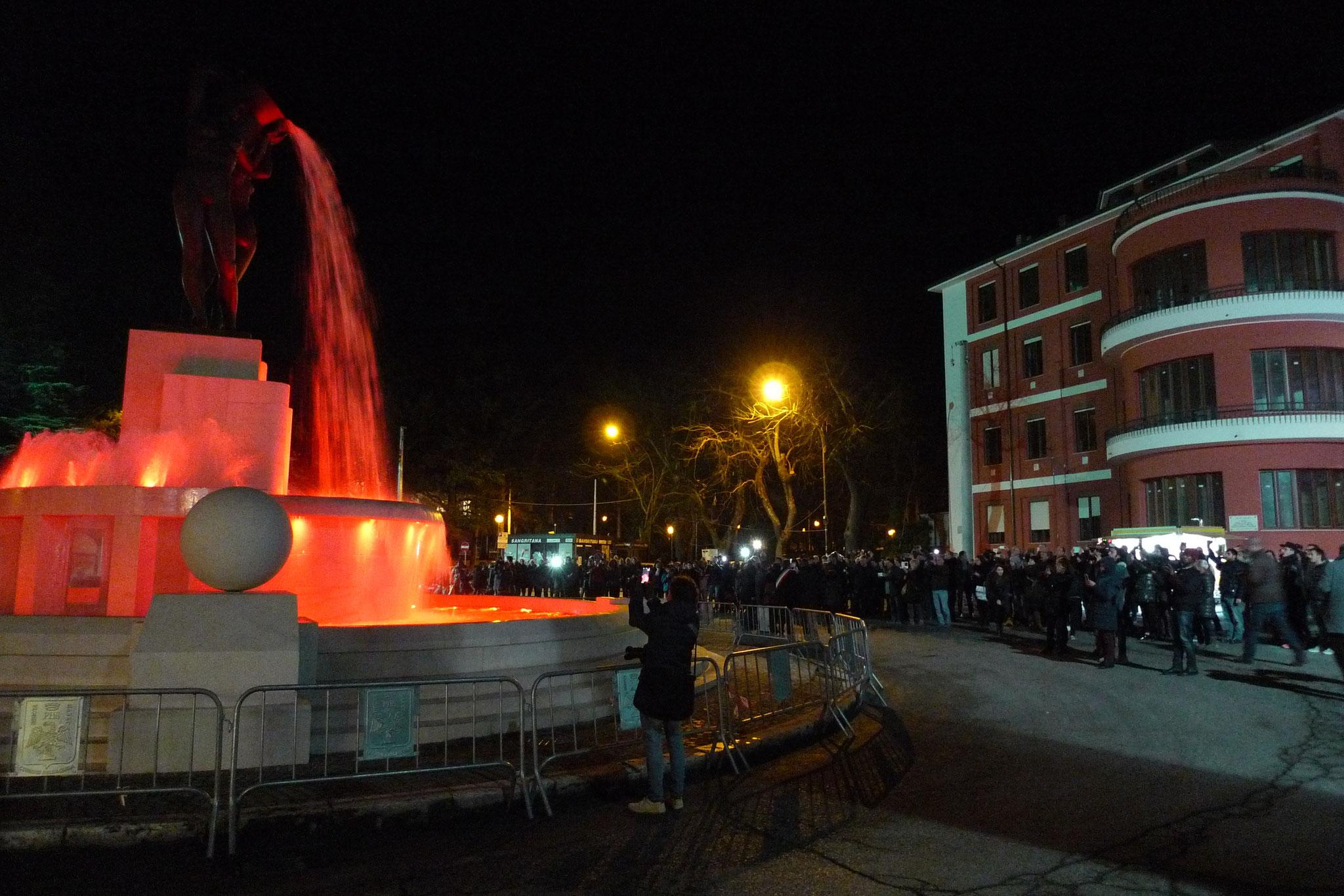 L'Aquila, dicembre 2016. Torna la Fontana Luminosa e si tinge subito di nuova speranza.