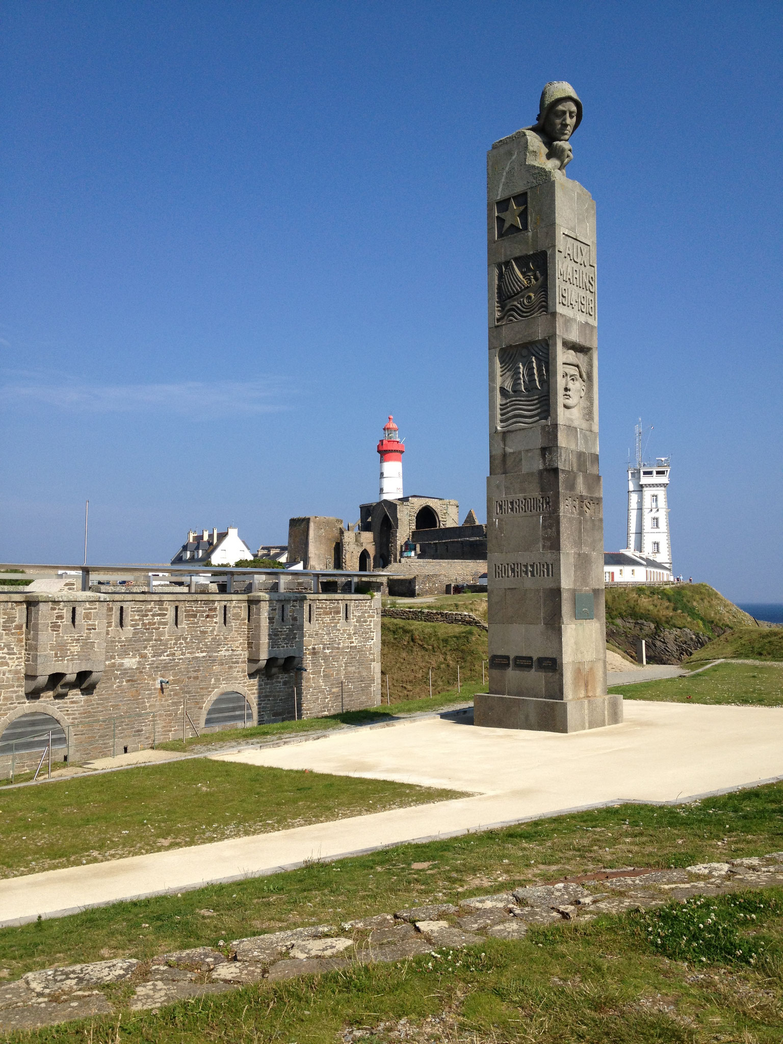 Saint Mathieu, le phare, l'abbaye, le cénotaphe en mémoire des marins disparus en mer